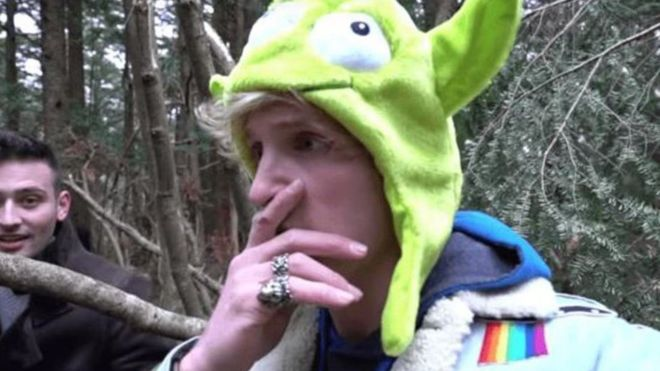 Logan Paul en una captura del video subido a Youtube en el bosque japonés.