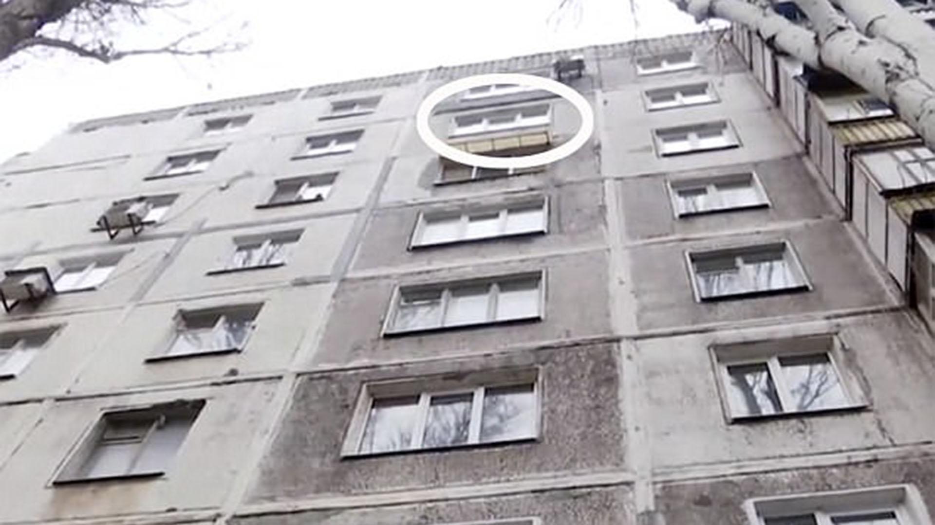 La ventana desde la cual se lanzó el suicida de 39 años