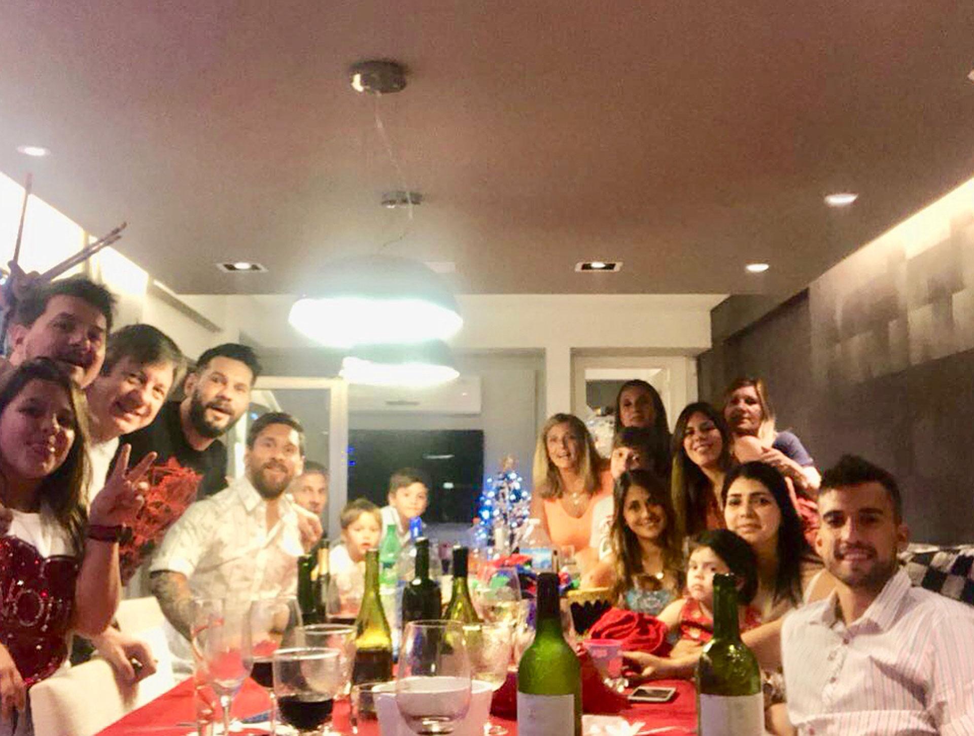 La familia reunida y de festejo.