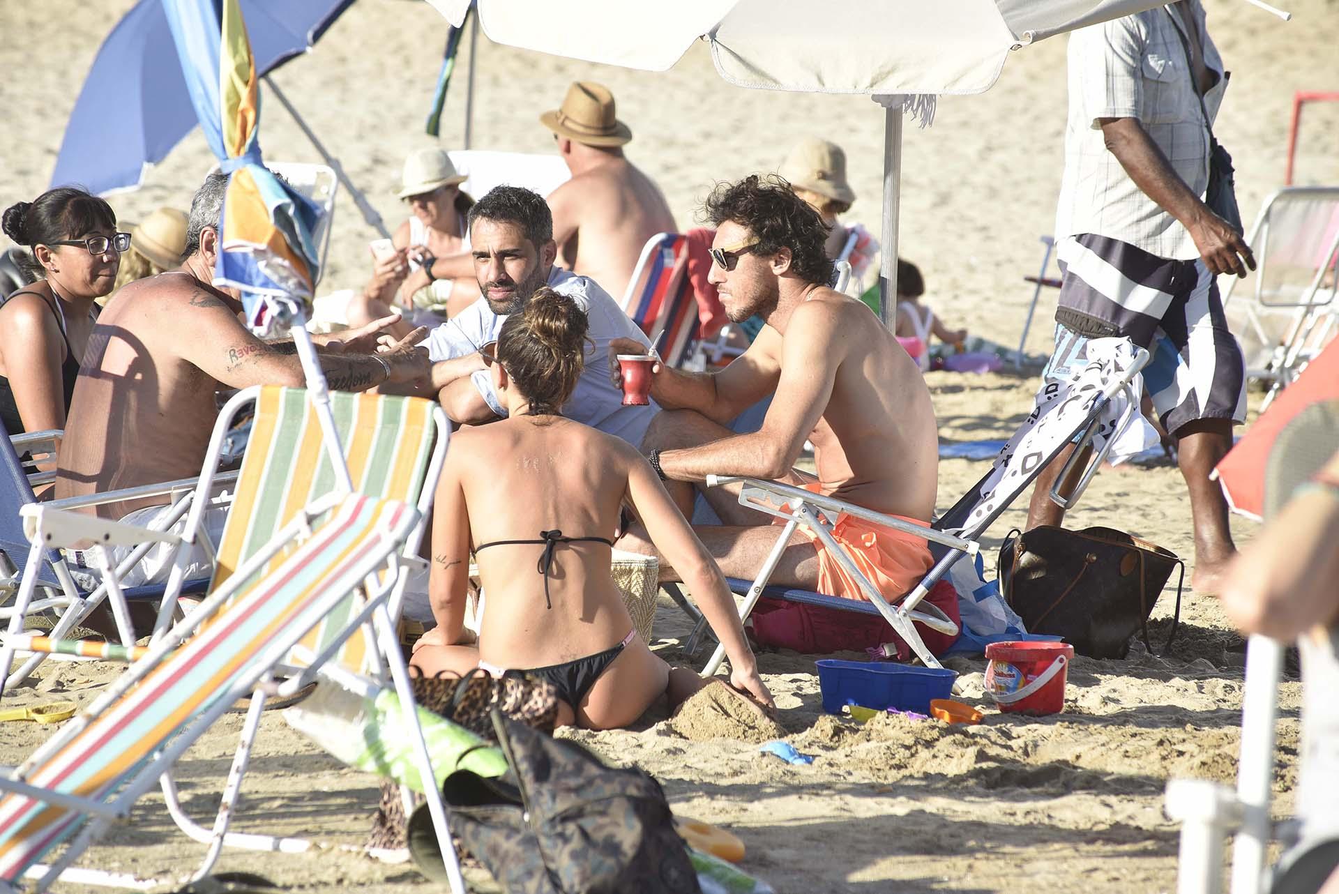 El Pollo Álvarez junto a su amigo Pico toman mate en la playa