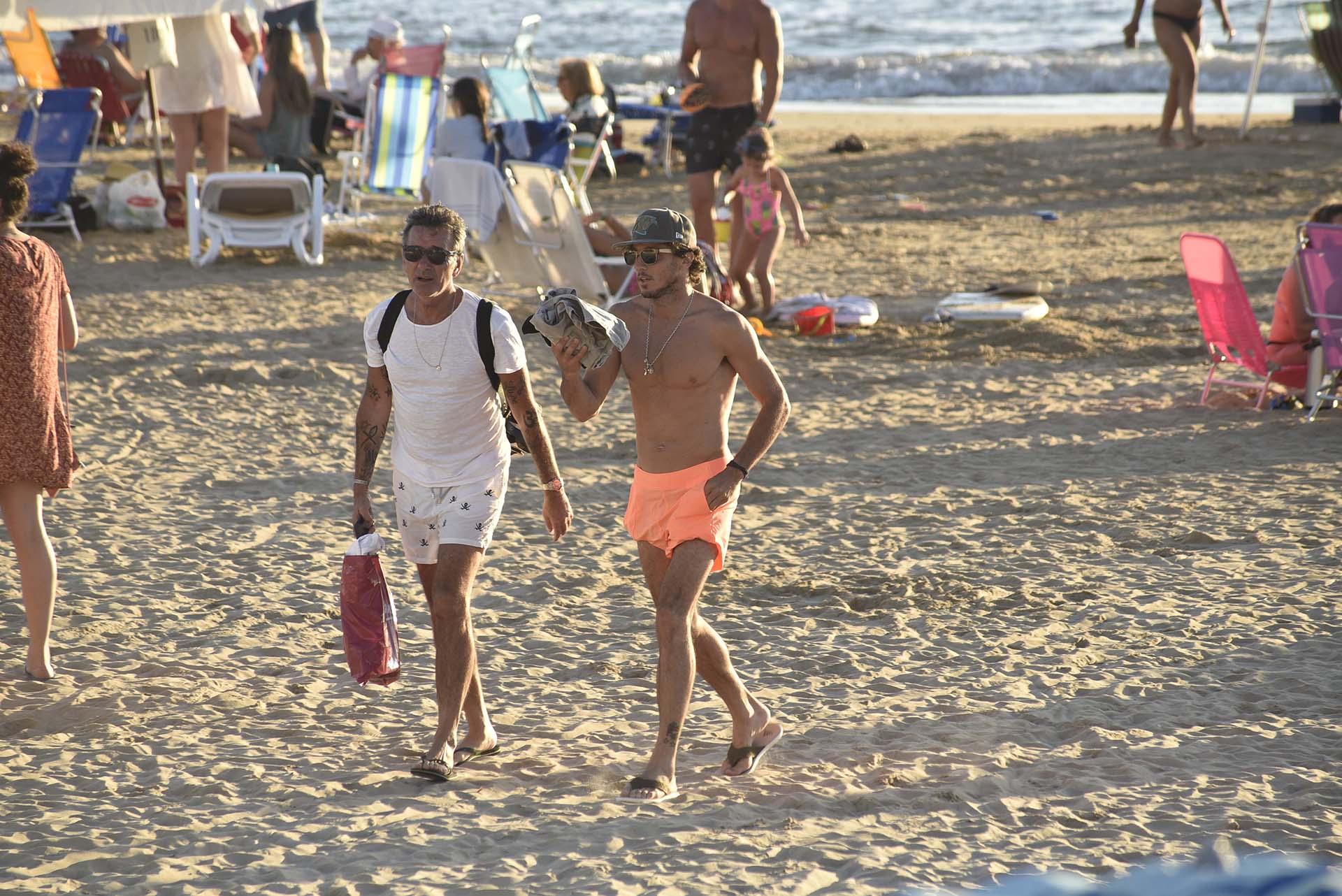 El tenista Juan Mónaco pasea por las playas de José Ignacio con un traje de baño naranja flúo.