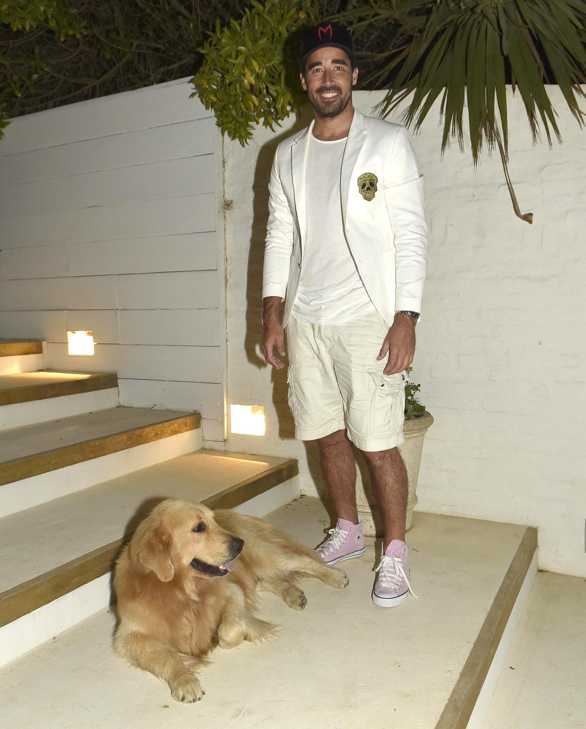 A la hora del sunset esteño, Nacho Viale recibió a sus invitados en un festejo íntimo en la casa familiar de José Ignacio y posó para Infobae junto a su perro Ayrton