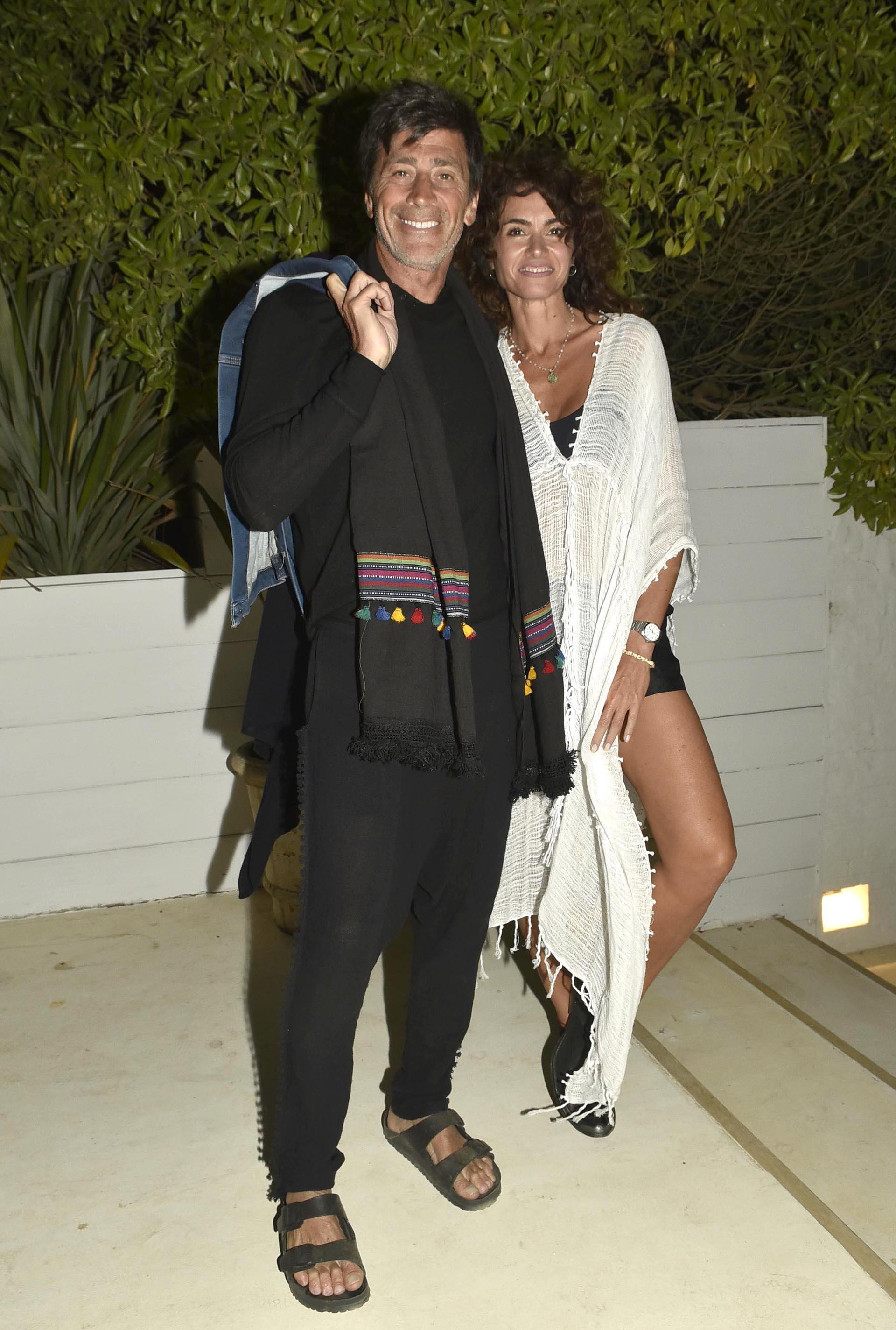 Cancheros y juveniles, los looks elegidos por la pareja top en el cumpleaños de Viale. Black & White y tejidos para protegerse del frío. Un must: sandalias o zapatos bajos por la arena