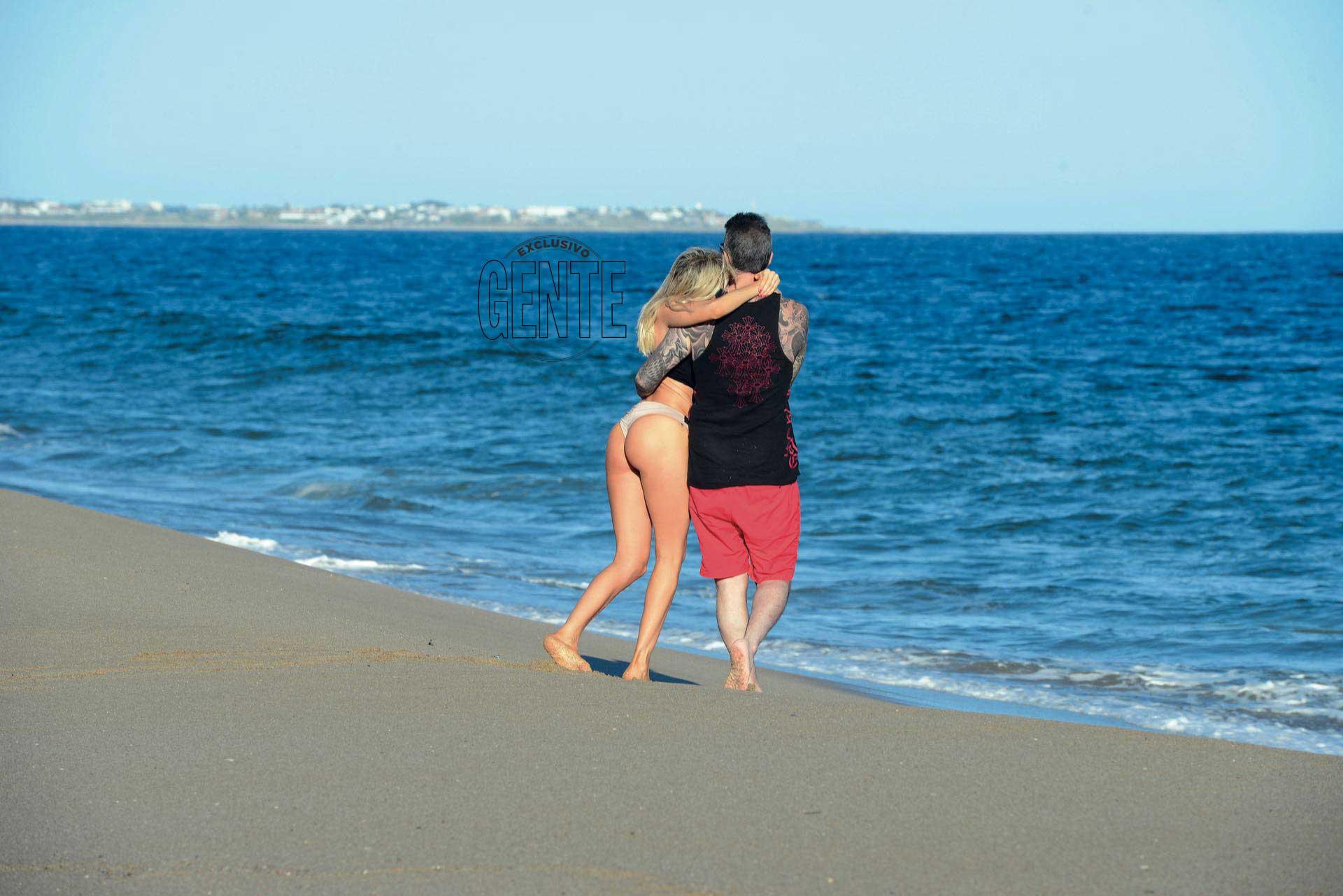 Una caminata por la orilla fue la excusa de Guille y Marcelo para compartir tiempo a solas. (Foto: Alejandro Carra/GENTE)