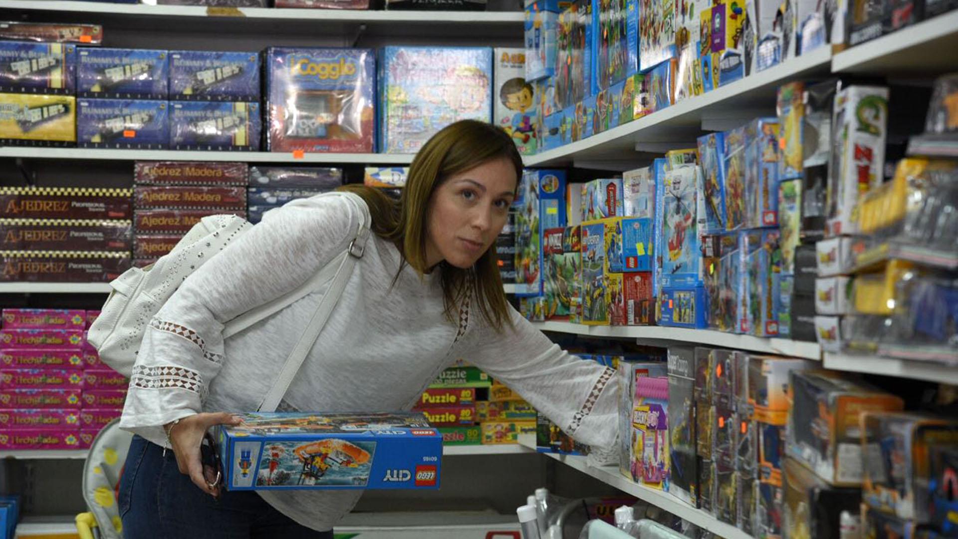 (Diego Medina) El miércoles estuvo en Pinamar y bajó a comprar juguetes para Reyes.