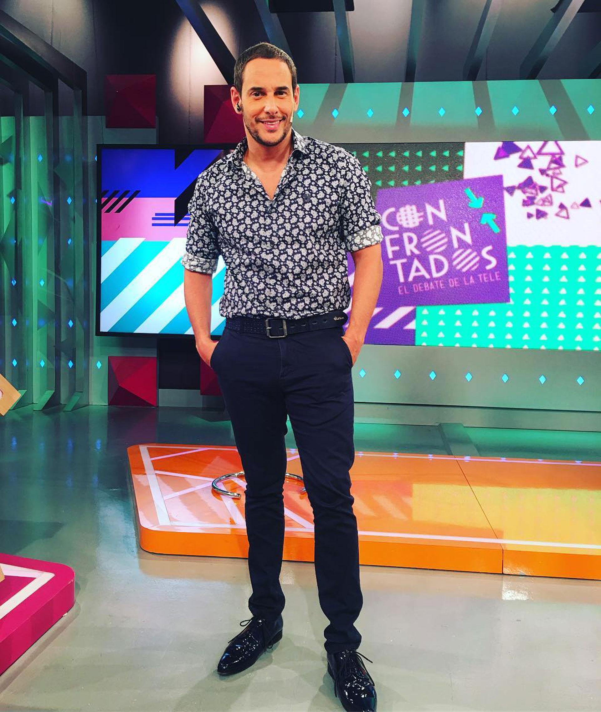"""Rodrigo conduce """"Conforntados"""" junto a Carla Conte."""