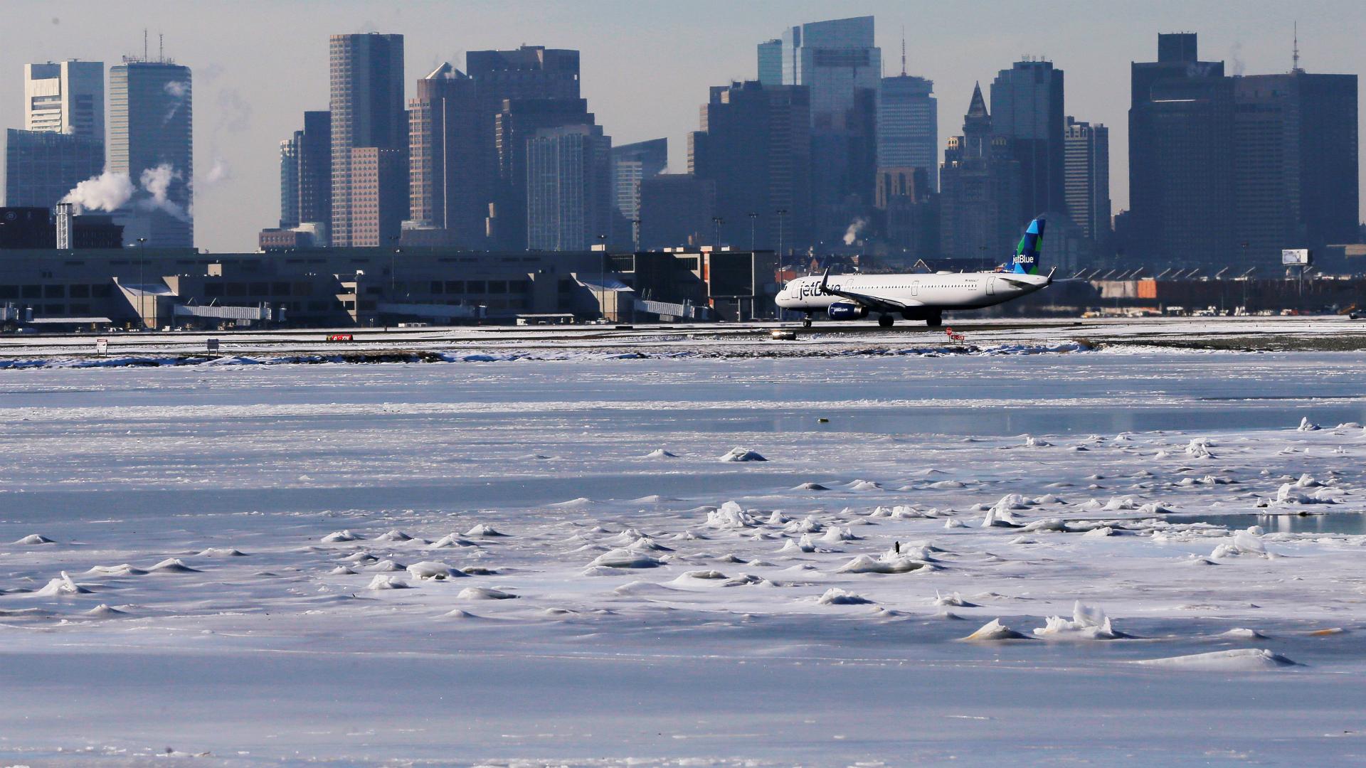 La espesa capa de nieve sobre la pista del aeropuerto impidió los vuelos desde y hacía el aeropuerto Internacional Logan en Boston. (Reuters)