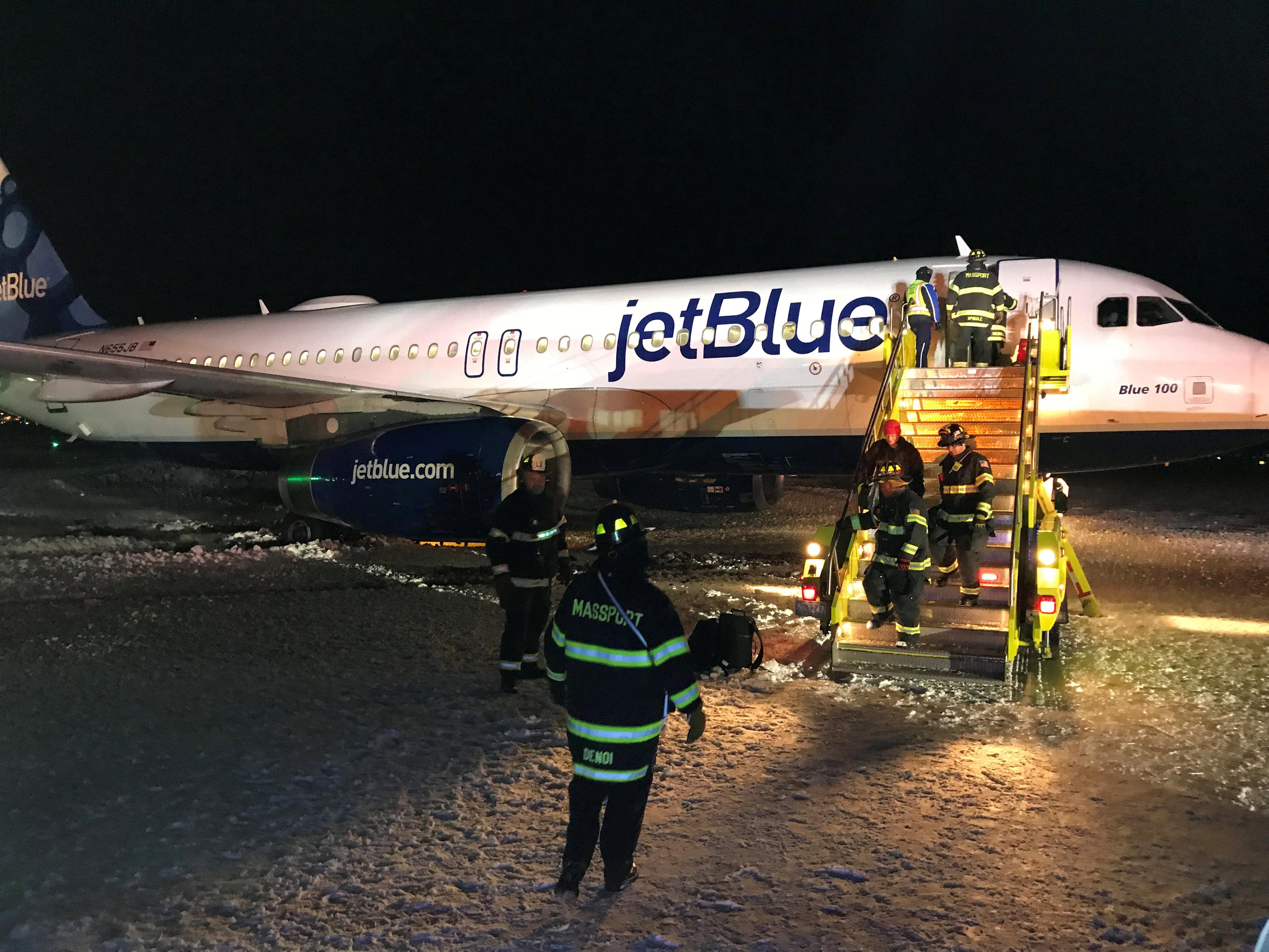 Los bomberos atienden una emergencia en el aeropuerto de Boston.