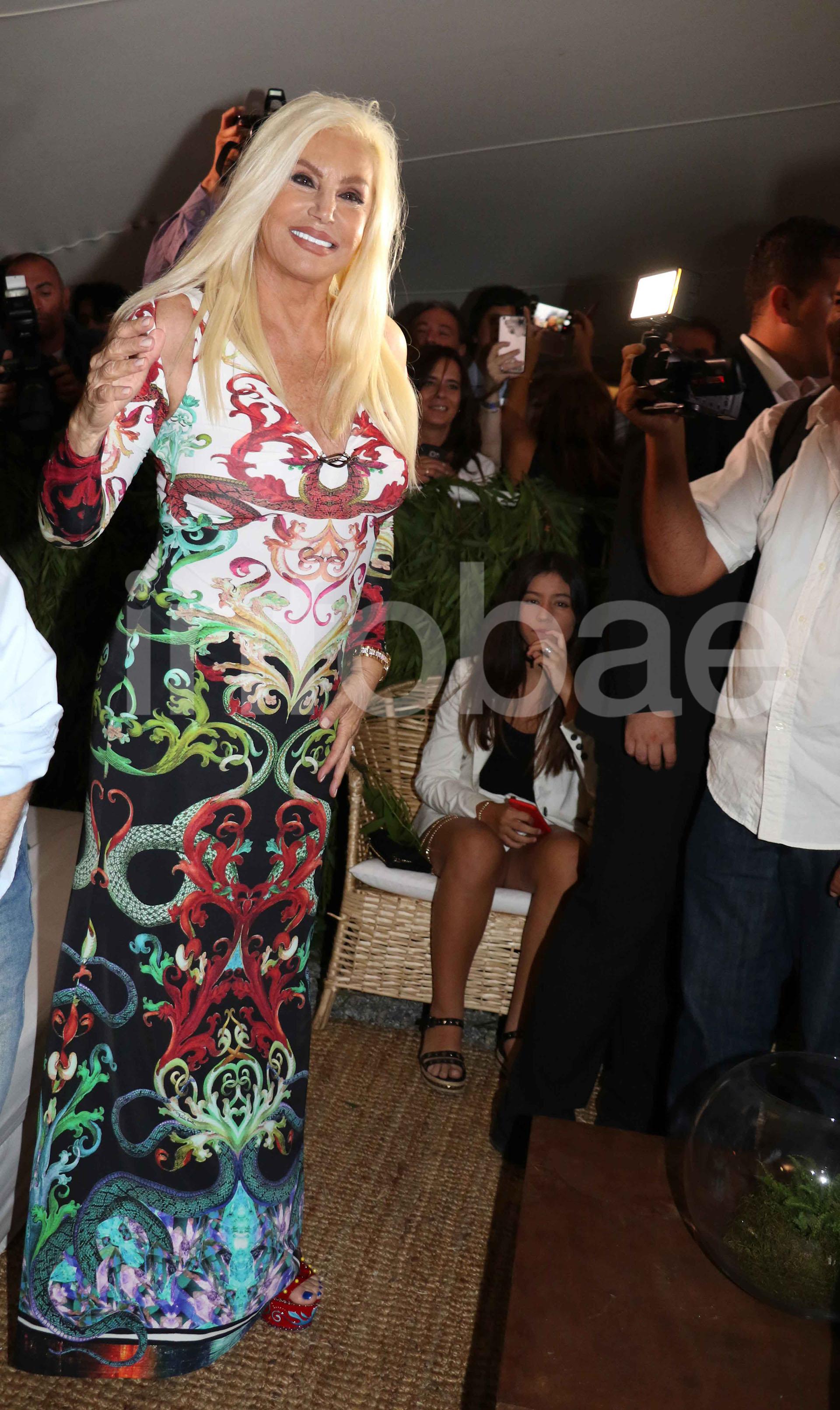Susana Giménez hizo su primera aparición en PDE con un diseño de Roberto Cavalli corte sirena con estampados de dragones sin fin y cortes asimétricos en los hombros. Para sus pies, la conductora eligió unas sandalias de Dolce&Gabbana rojas pintadas a mano.