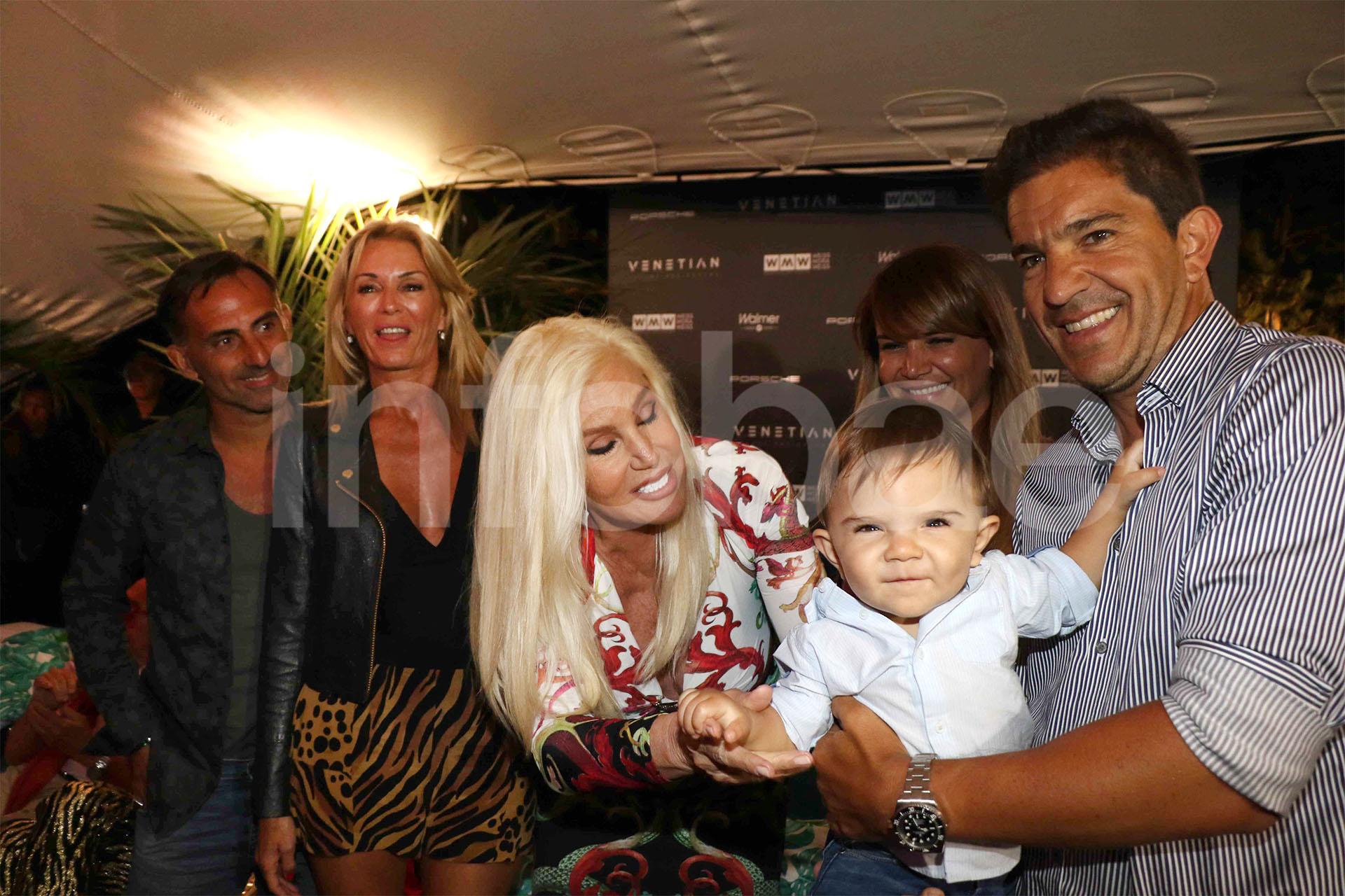 Susana saluda a Roque, el hijo de Amalia Granata y Leo Squarzon, en compañía de Diego y Yanina Latorre