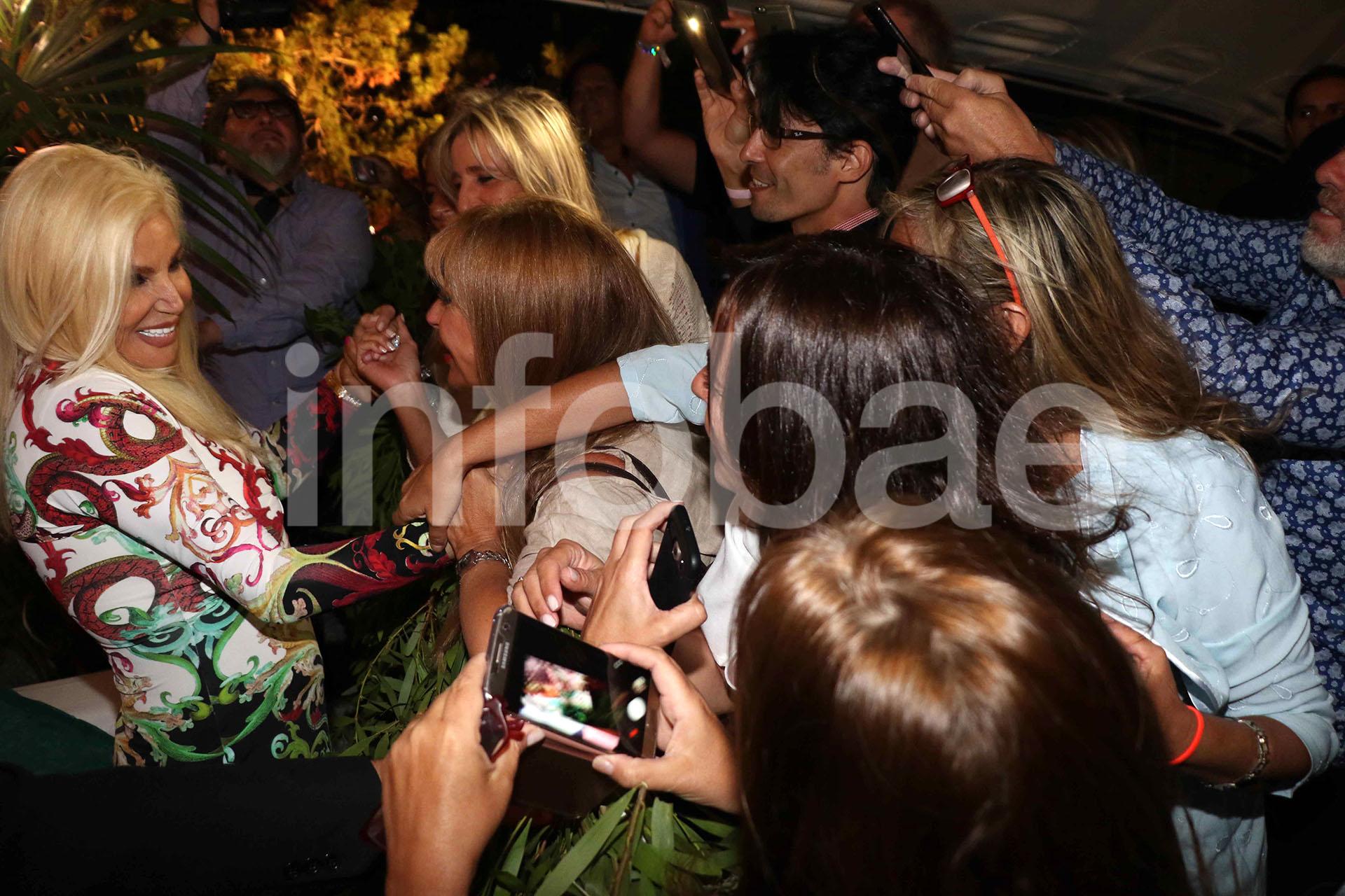 Dueña de un carisma único, la diva de los teléfonos habló con los invitados y se tomó selfies
