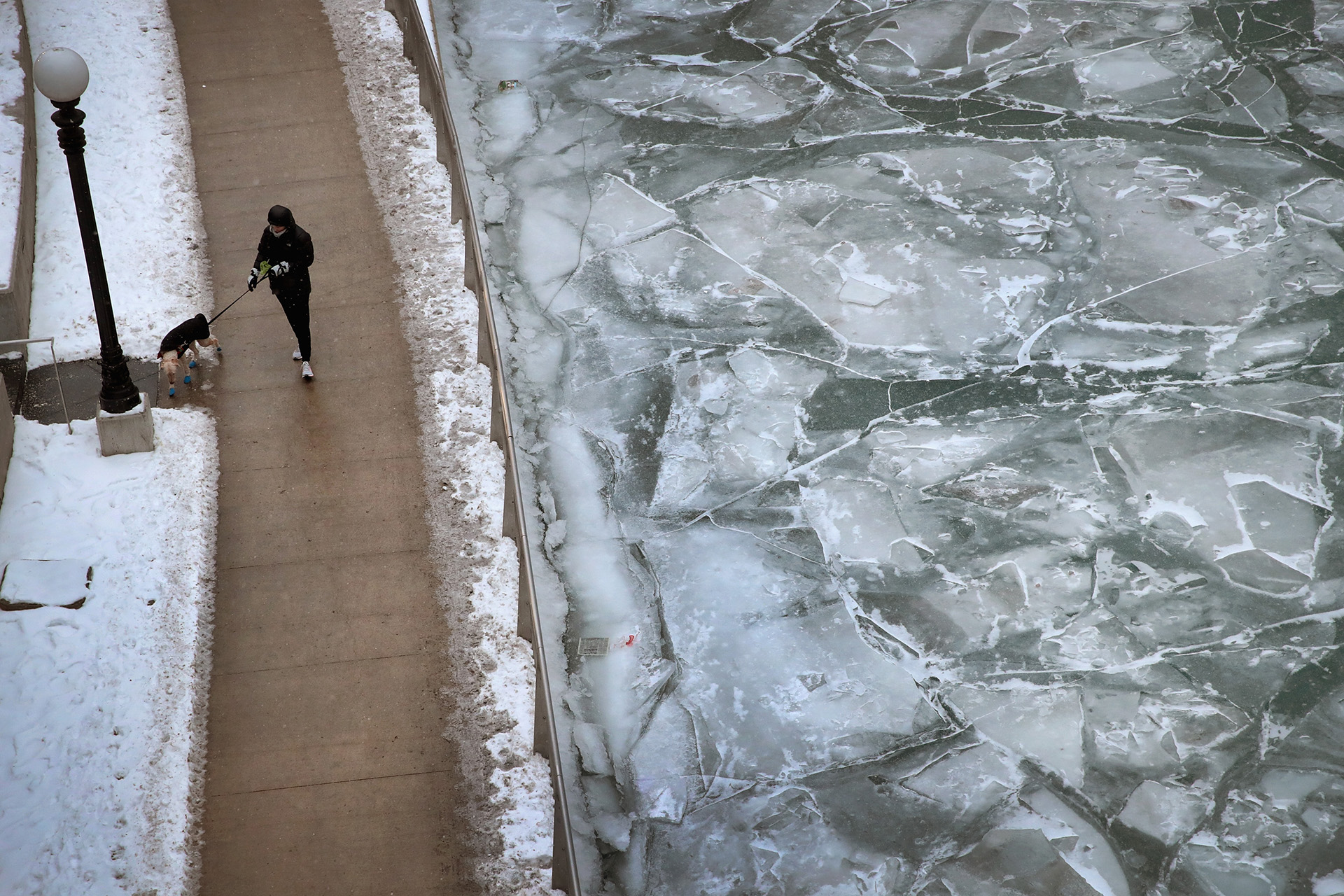 El río Chicago, convertido en un gran bloque de hielo (Photo by Scott Olson/Getty Images)