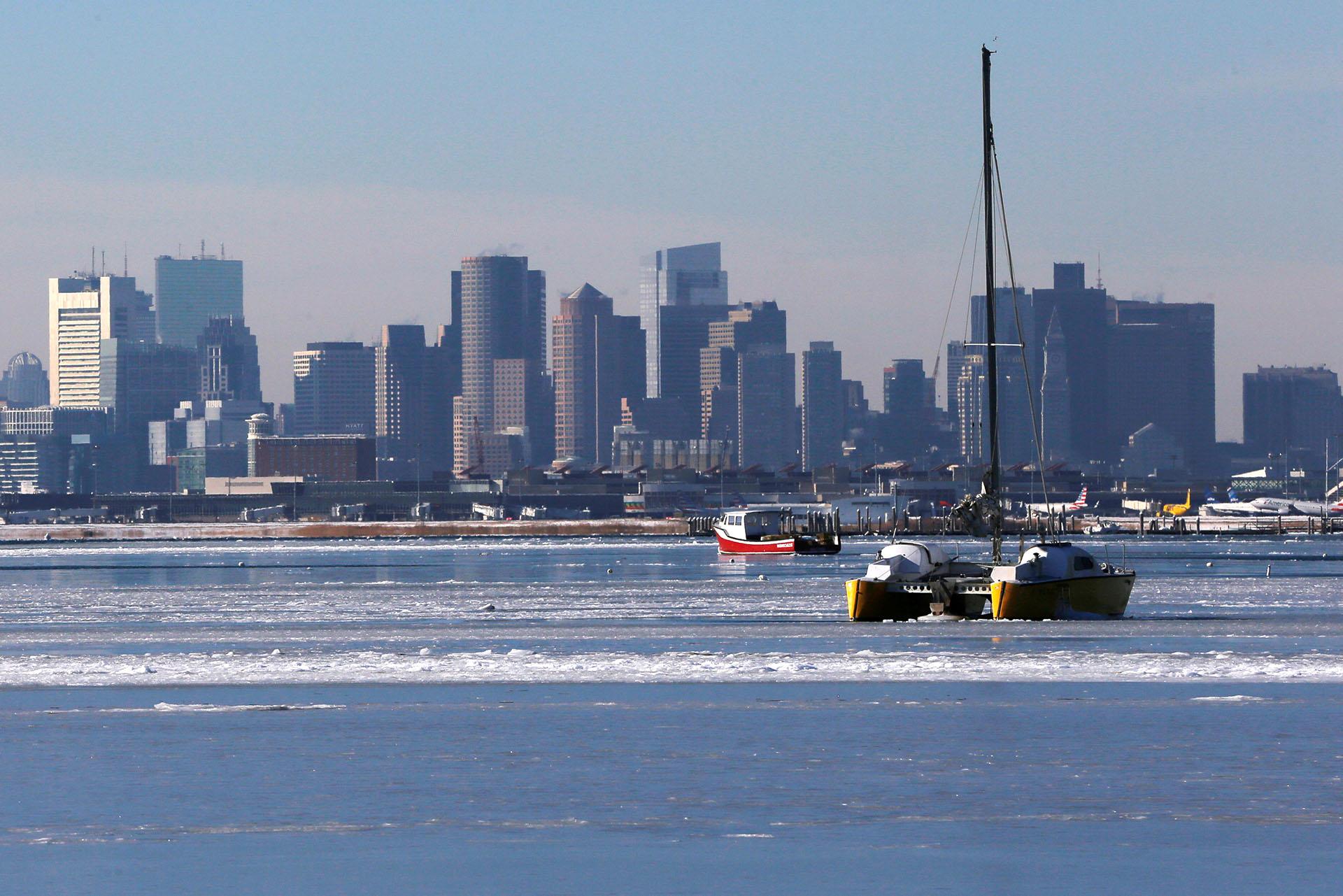 Un velero encallado en el hielo del Océano Atlántico entre Winthropy Boston, Massachusetts (Reuters/Brian Snyder)