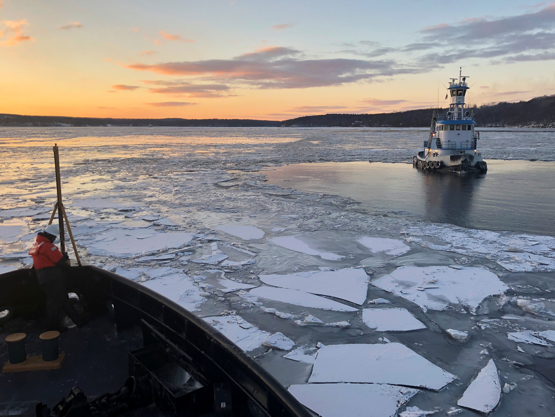 La guardia costera ayuda a romper el hielo en el río Hudson, cerca de Kingston, Nueva York (U.S. Coast Guard photo/Handout via REUTERS)