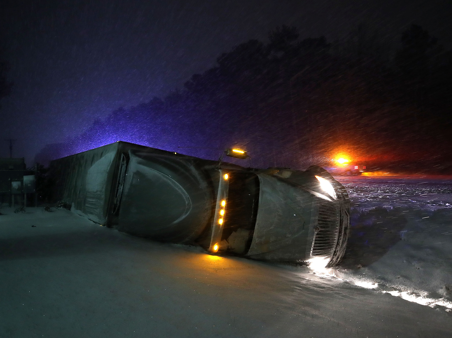 Las malas condiciones de los caminos hicieron volcar a un camión con acoplado en Georgetown, Delaware(Mark Wilson/Getty Images/AFP)