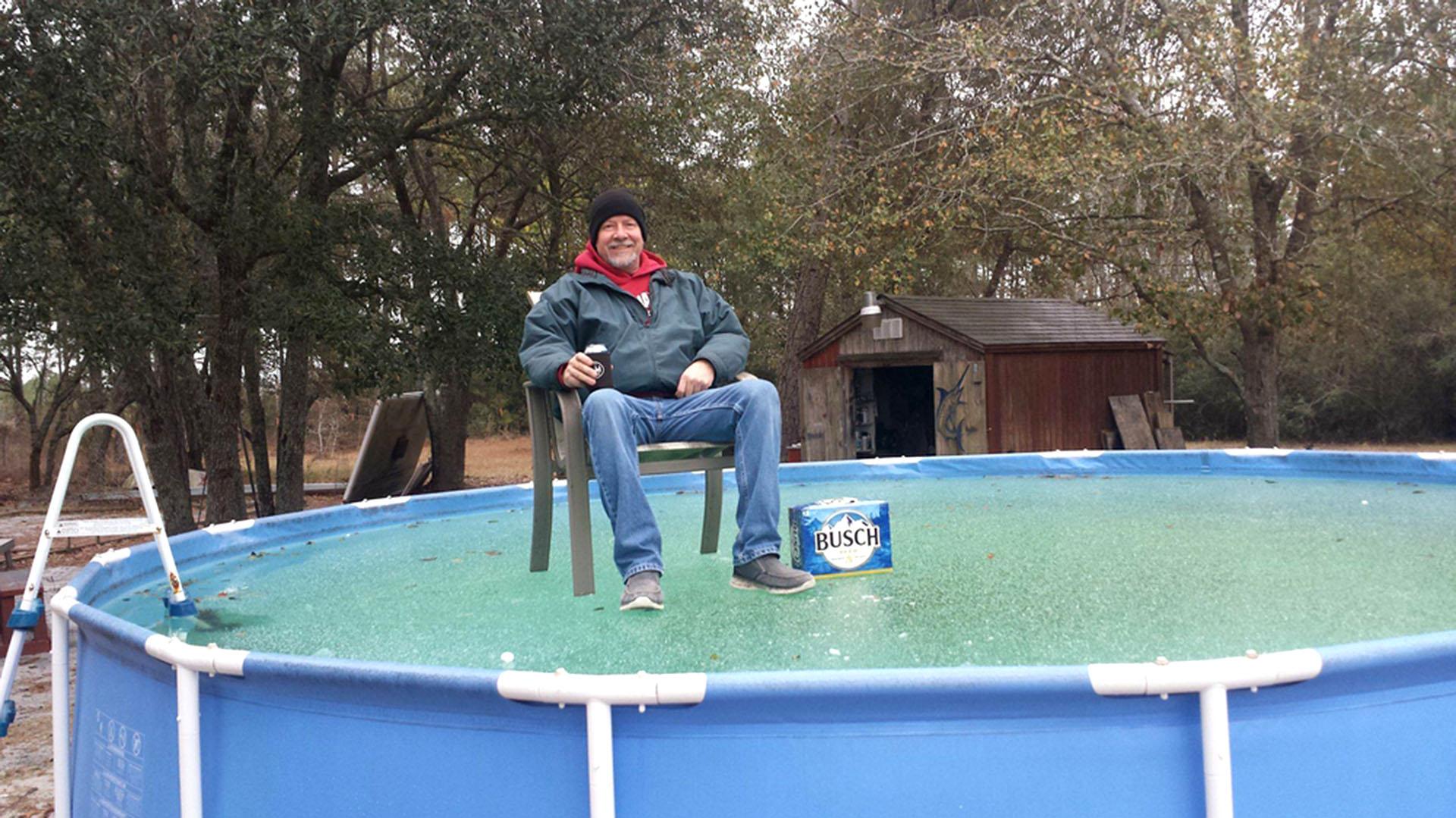 Tim McCoy, sentado sobre su piscina congelada en Conway, en Carolina del Sur