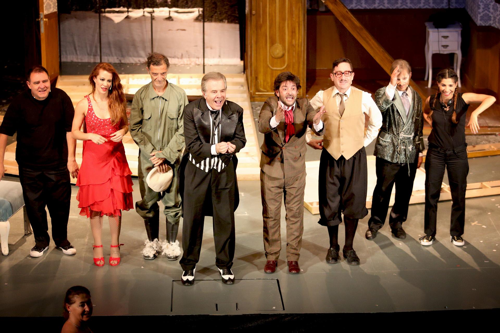 """Miriam Lanzoni, sobre el escenario junto al elenco de """"Como el culo"""""""