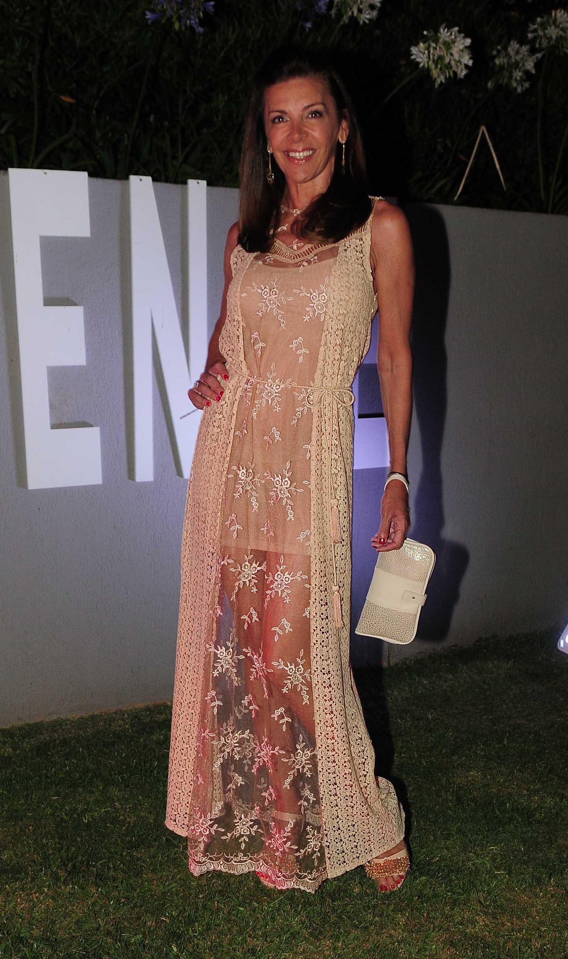 Fabiana Araujo con un outfit sofisticado acorde a las noches de verano de la diseñadora Natalia Antolin, zapatos Tosone y sobre de Lita Damiani