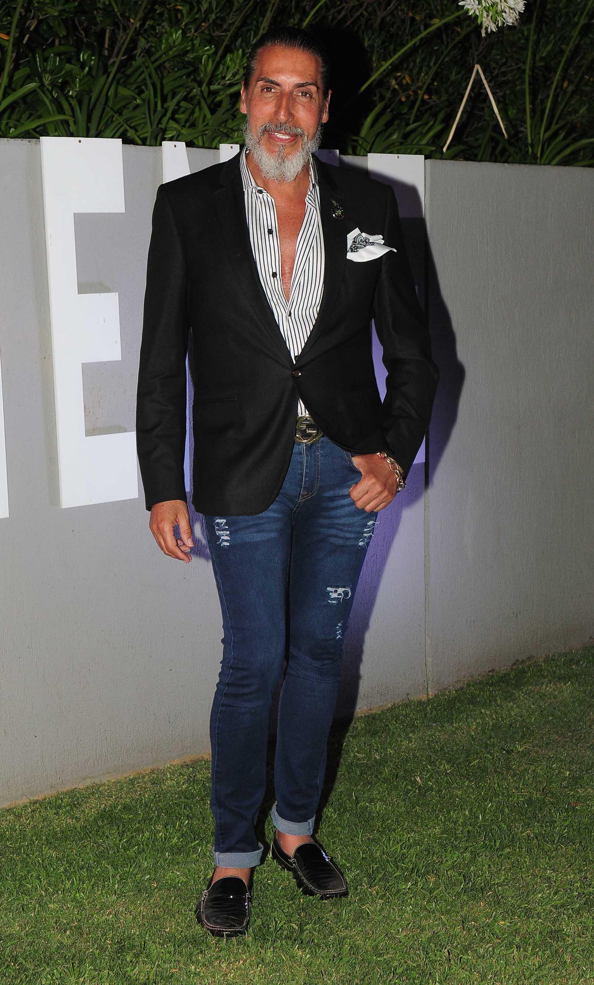 César Juricich con saco y camisa de sastrería Master combinado con jeans chupines y loafers