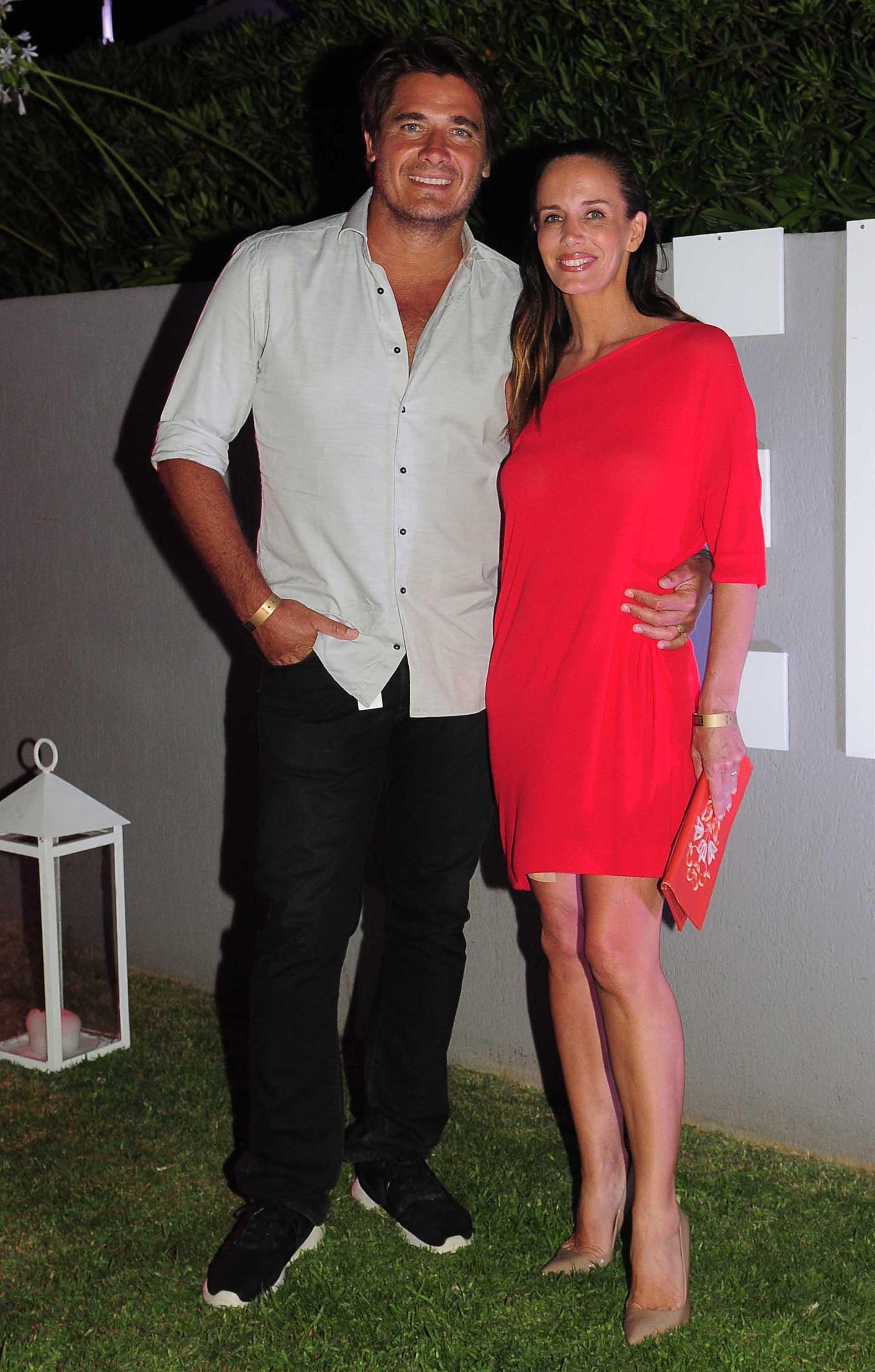 Carolina Prat y Guillermo Andino, ambos de con un look casual chic, por Etiqueta Negra