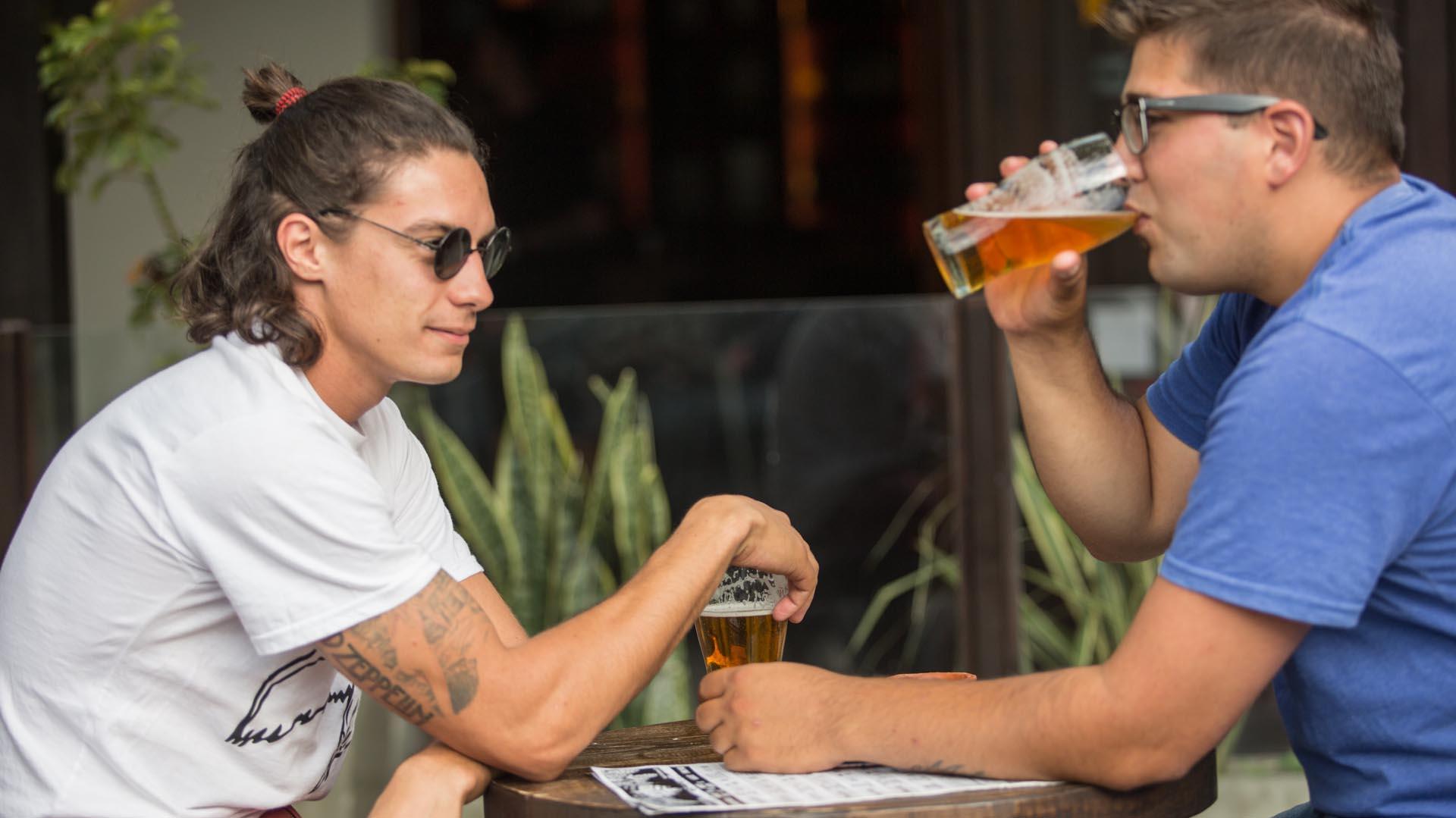 Las cervecerías se convirtieron en un clásico de calle Olavarría (Christian Heit)