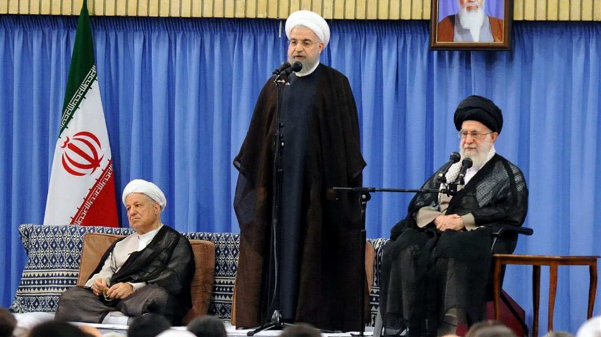 Hassan Rouhani (centro), presidente de Irán, da un discurso junto al ayatollah Ali Khamenei (Reuters)