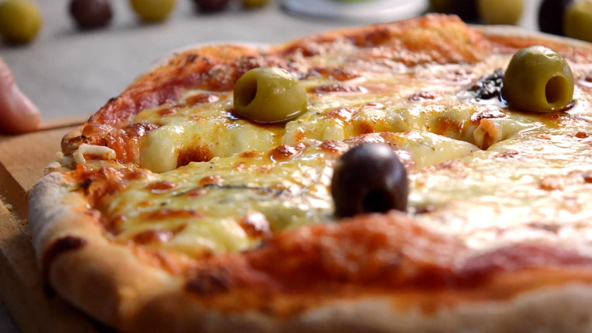 Levadura, harina, sal, muzzarella y aceitunas, los ingredientes esenciales para hacer una pizza