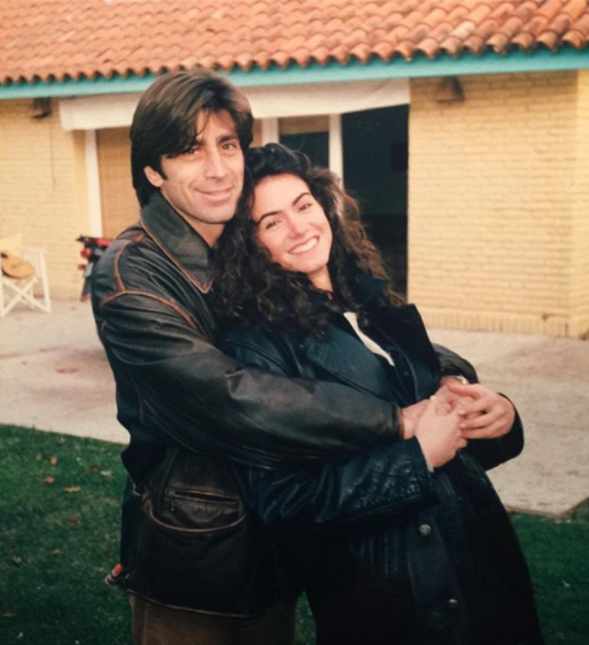 Nico Repetto y Flor Raggi, ambos con looks de camperas de cuero a fines de los 90
