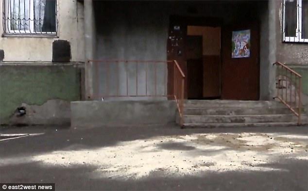 Lugar donde cayó el hombre y aplastó al bebé.