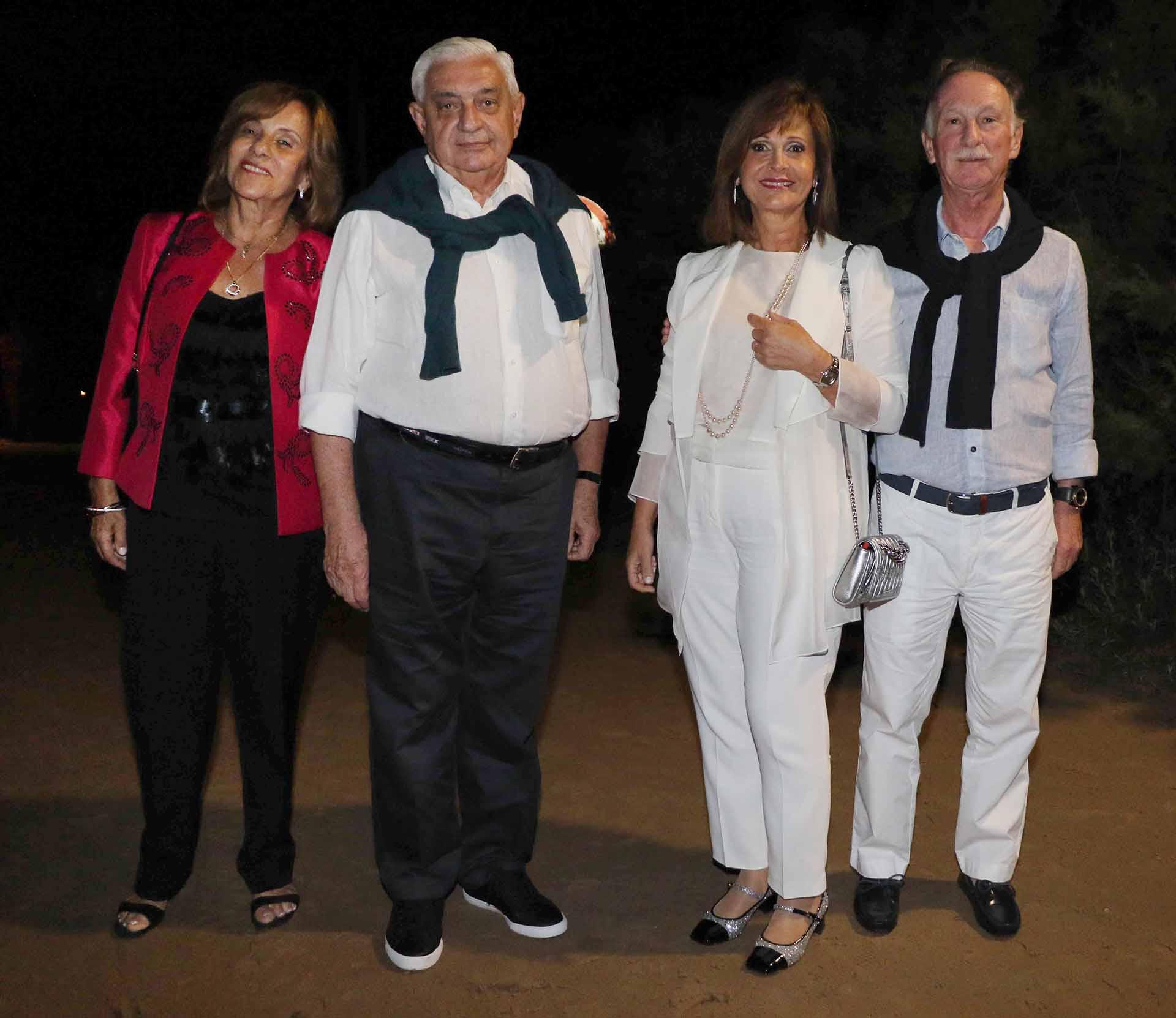 El presidente de la Bolsa de Comercio de Buenos Aires, Adelmo Gabbi, junto a su mujer; y el presidente de la Cámara Argentina de la Construcción, Gustavo Weiss, junto a su mujer Myrian Levy