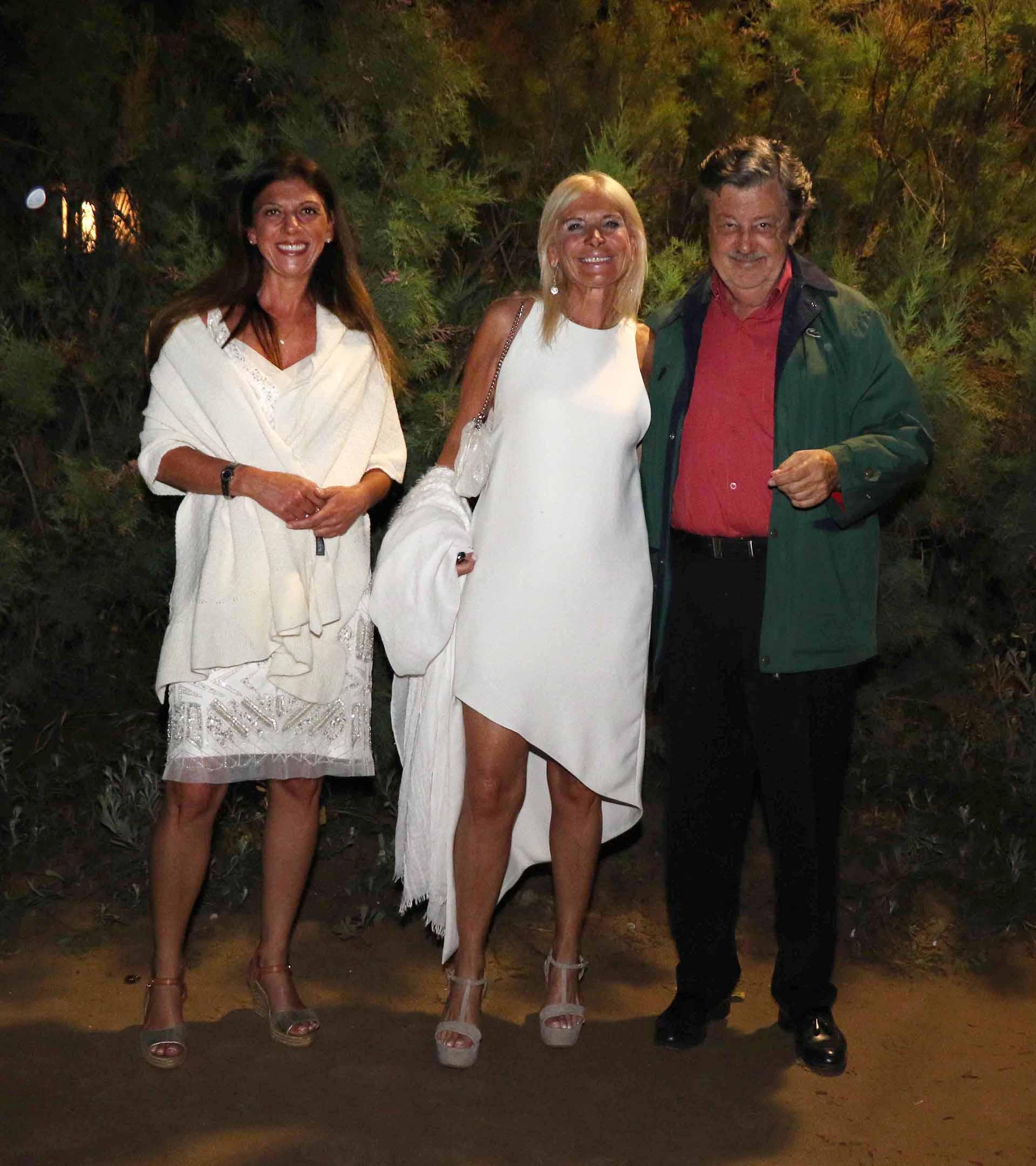 Rafaela y Teresa Castaldo junto a Miguel Schapire