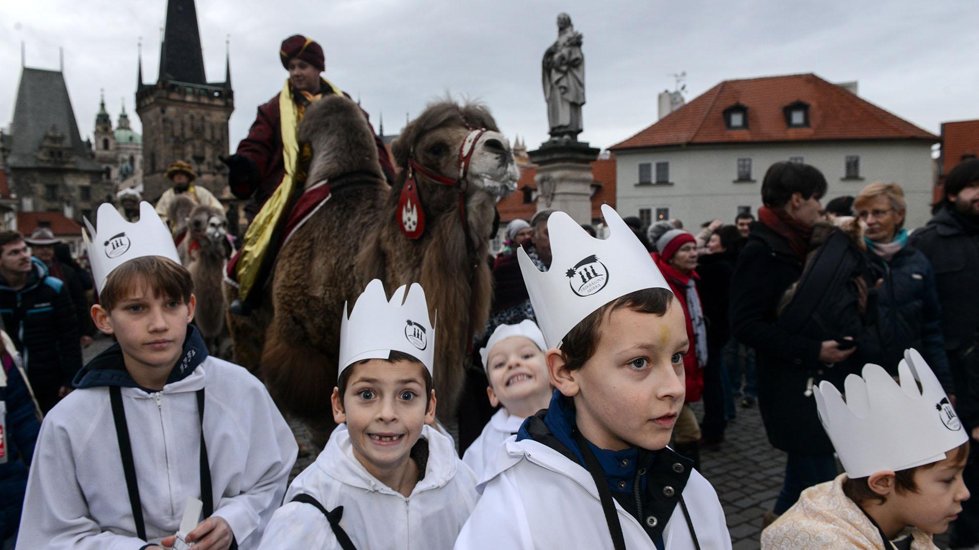Los niños caminan durante una procesión que marca el viaje de los Reyes Magos a Belén para el nacimiento de Jesús. La celebración es en Praga (AFP)