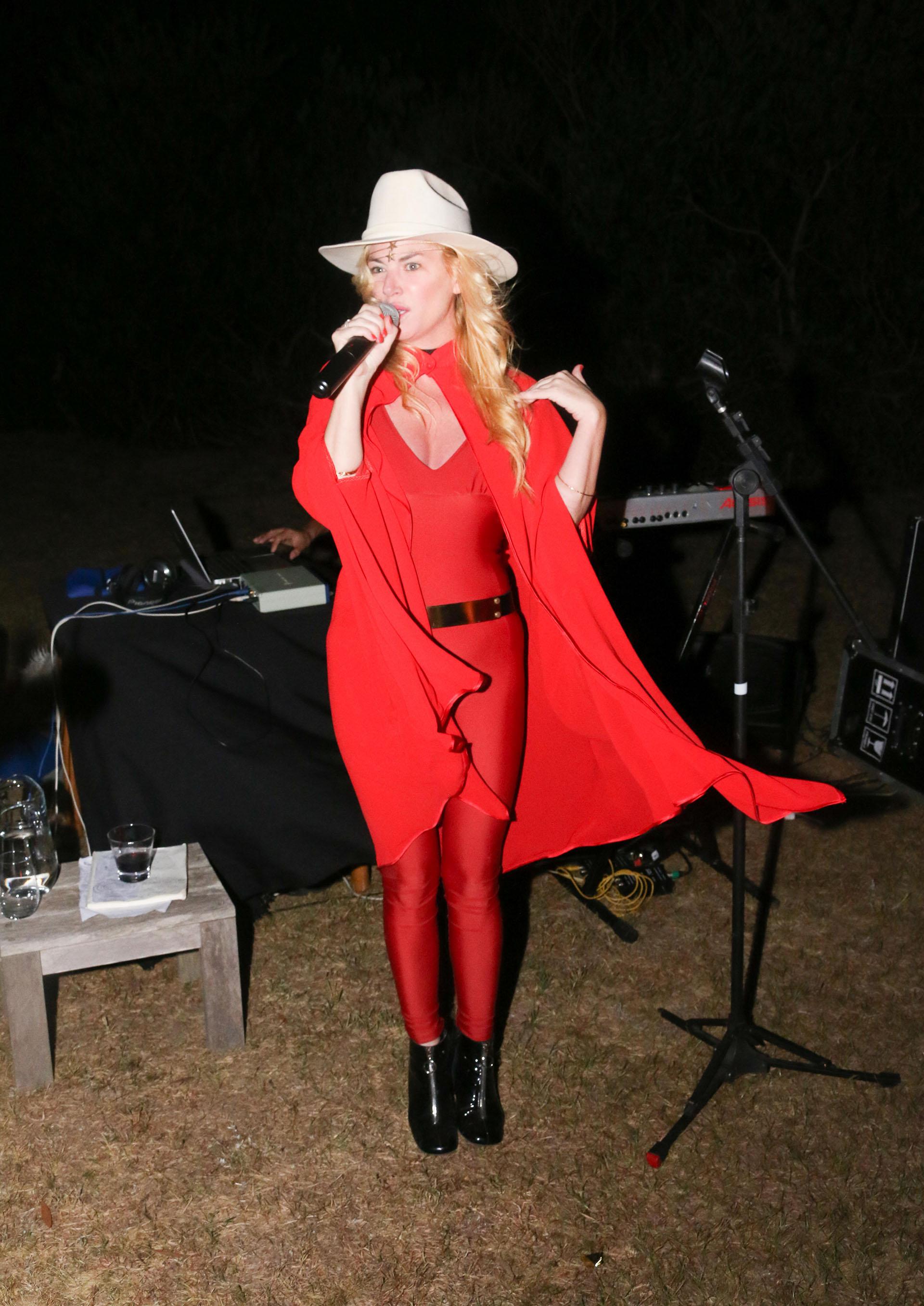 Esmeralda Mitre presentó su nuevo proyecto musical, Flying Dancers, una propuesta que combina pop, folk y electrónica.