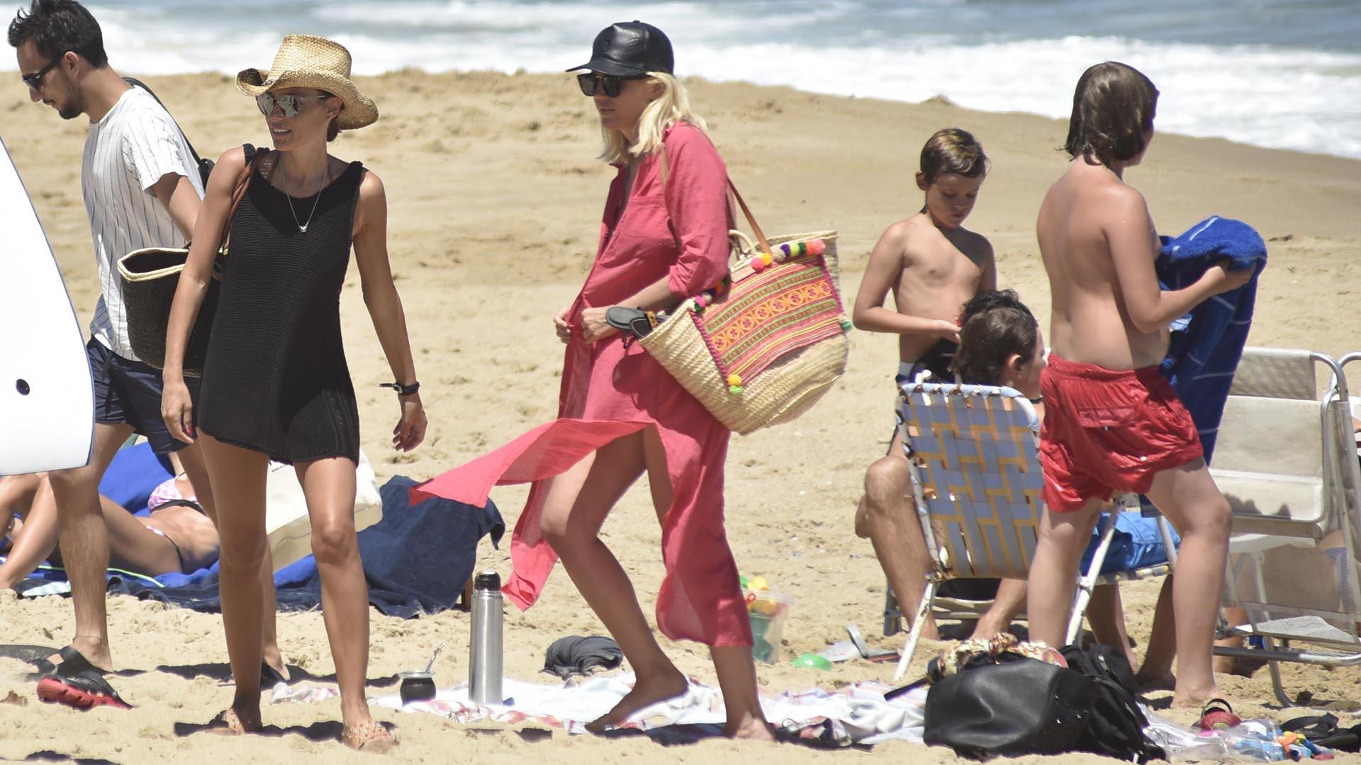 Pampita y Barbie Simons con sus canastos personalizados. Pampita eligió el pintado en negro y beige y Barbie el clásico beige con bordado hippie-chic.