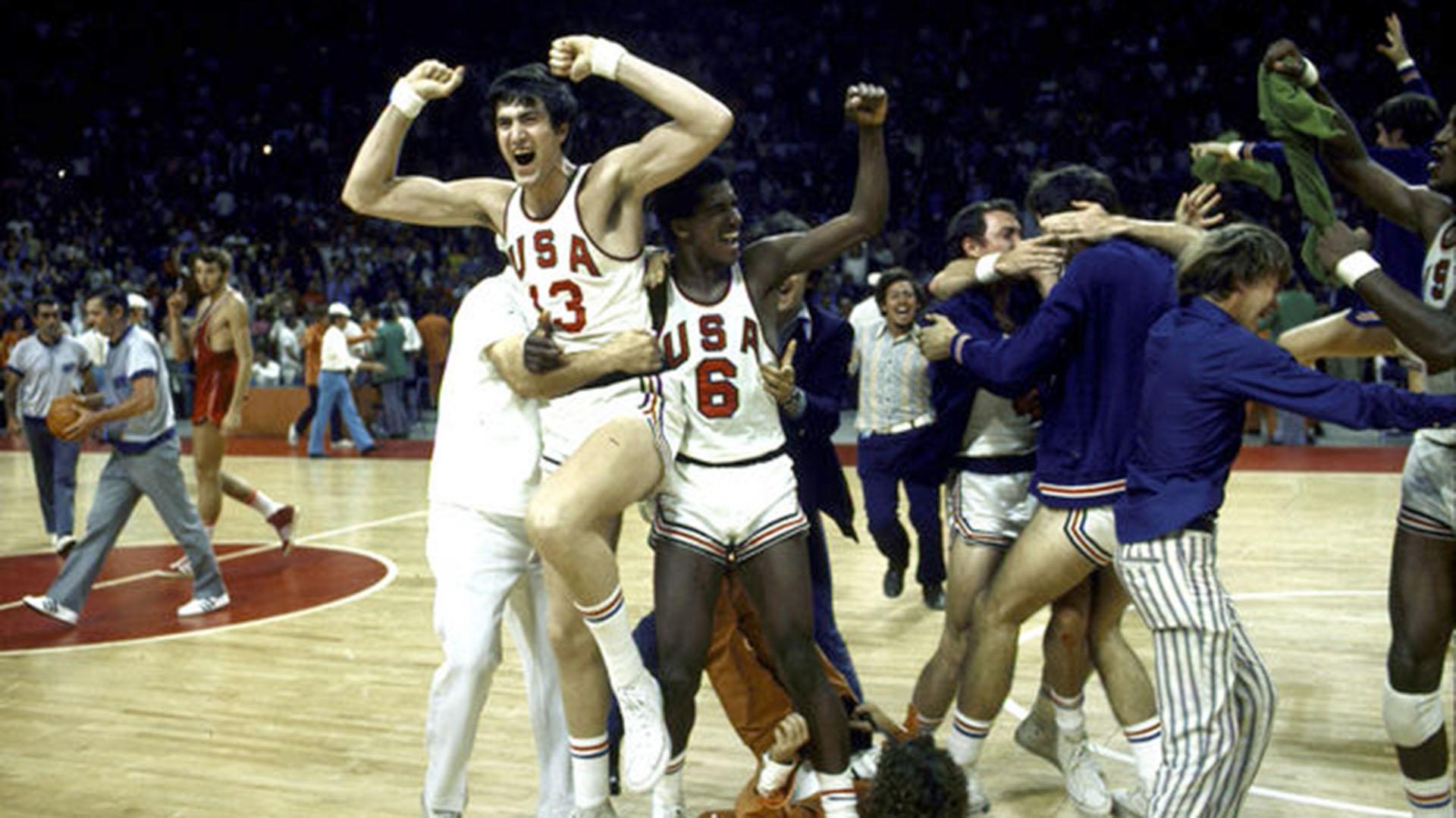Los jugadores de Estados Unidos celebraron hasta dos veces el triunfo pero en la tercera repetición lo ganó la URSS