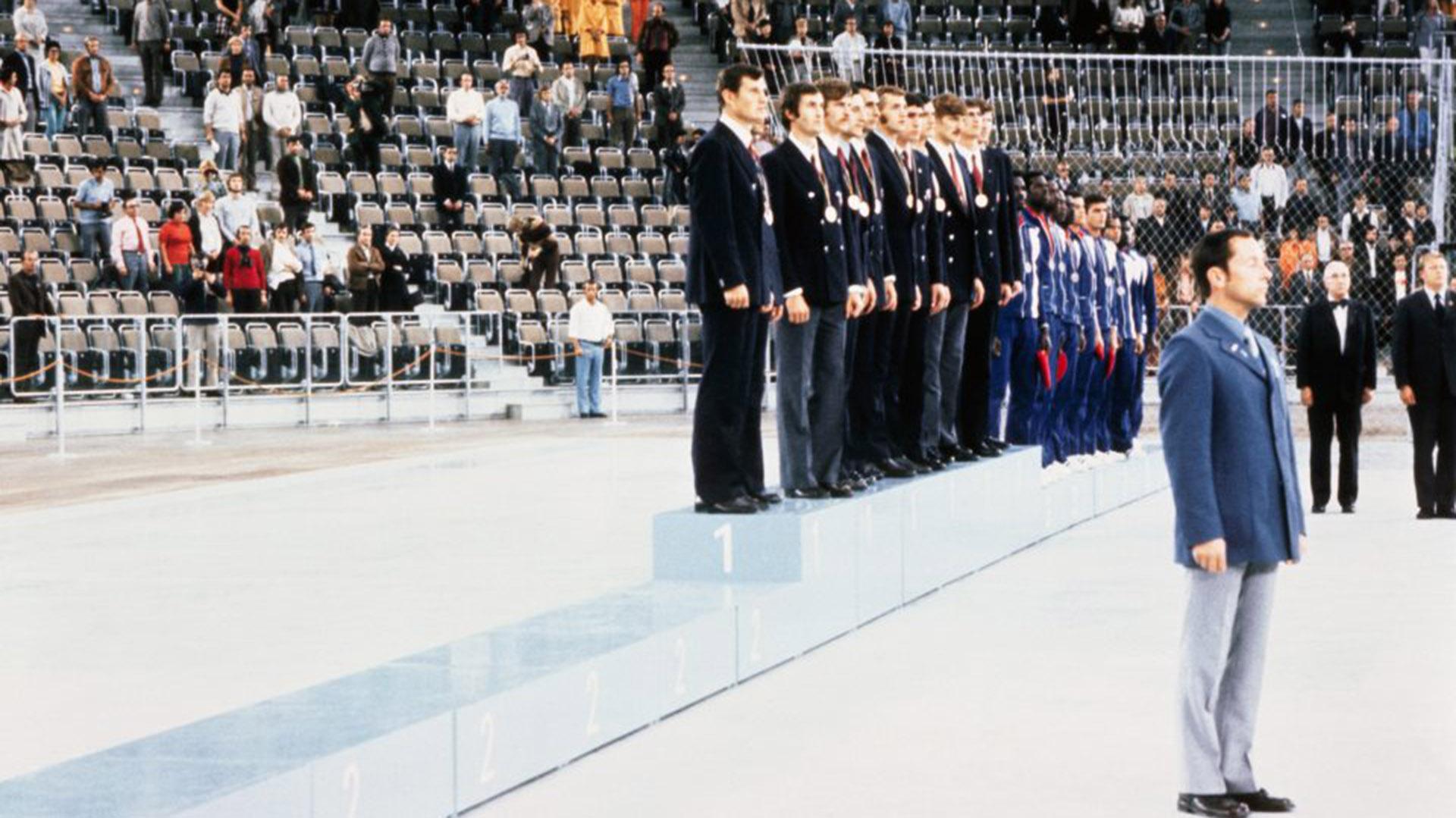 El segundo lugar del podio quedó vacio: Estados Unidos se negó a recibir la medalla de plata tras caer de forma polémica ante la Unión Soviética