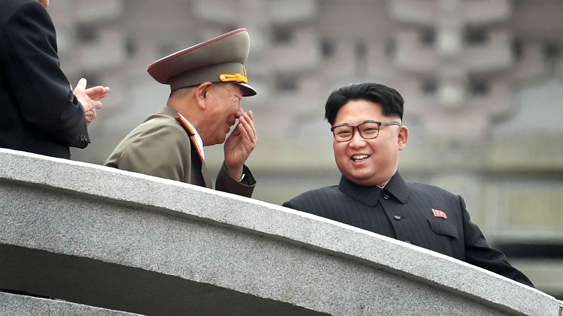 """""""¿Escuchó lo que dijo Trump? ¿Que su botón nuclear es más grande y…"""" el Ministro de Guerra no alcanzó a terminar, que el líder coreano le retrucó """"¿Así que te parece muy gracioso? En el próximo misil que lance te meto adentro a ver si te reís tanto""""."""