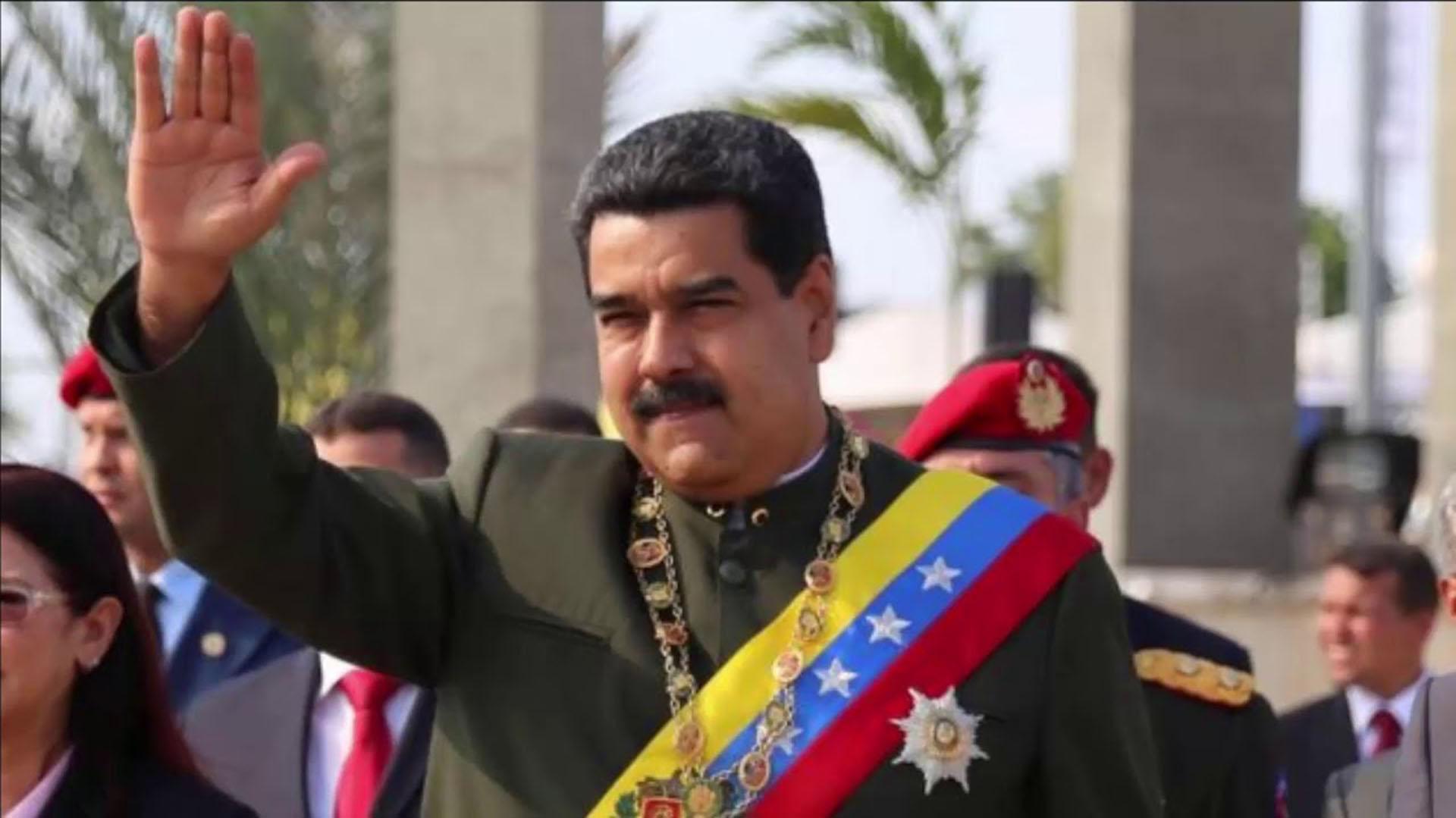 """Analistas políticos venezolanos dicen que esos dedos levantados vaticinan que le quedan 5 minutos de Gobierno, aunque en realidad significan """"Choque esos cinco"""". Al parecer, tienen un código """"Con Donald nos puteamos pero hacemos buenos negocios"""""""