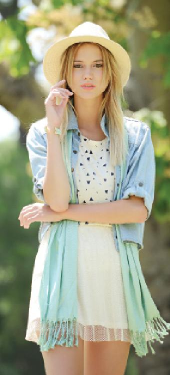Remera estampada y mini de red con enagua de algodón (Te lo juro), camisa de jean (Young Look), foulard con flecos , sombrero panamá y pulsera (Todo Moda).