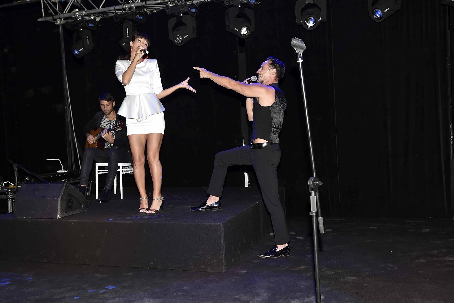 Griselda Siciliani y Carlos Casella en plena performance