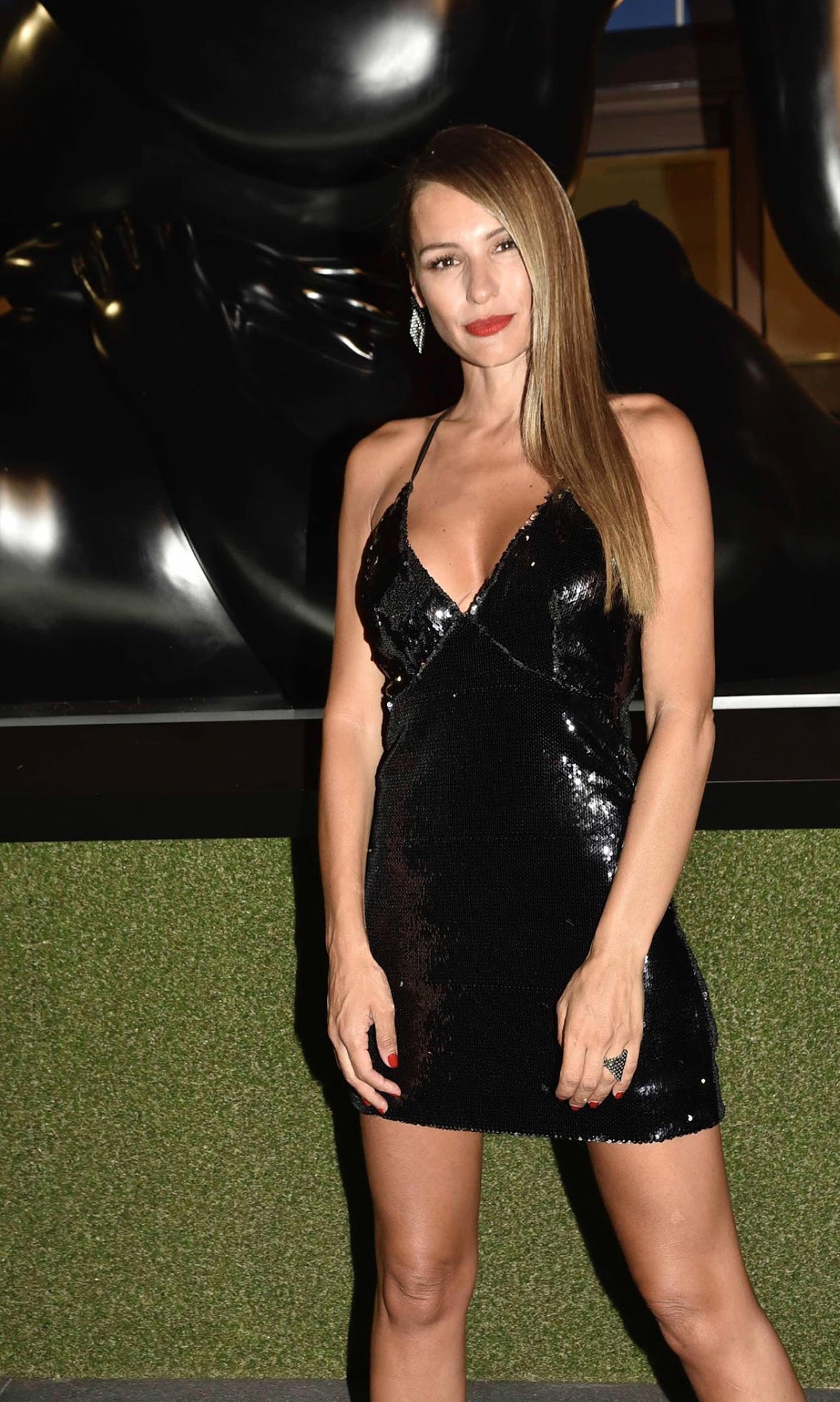 La modelo lució un gran escote con este vestido minifalda de lentejuelas
