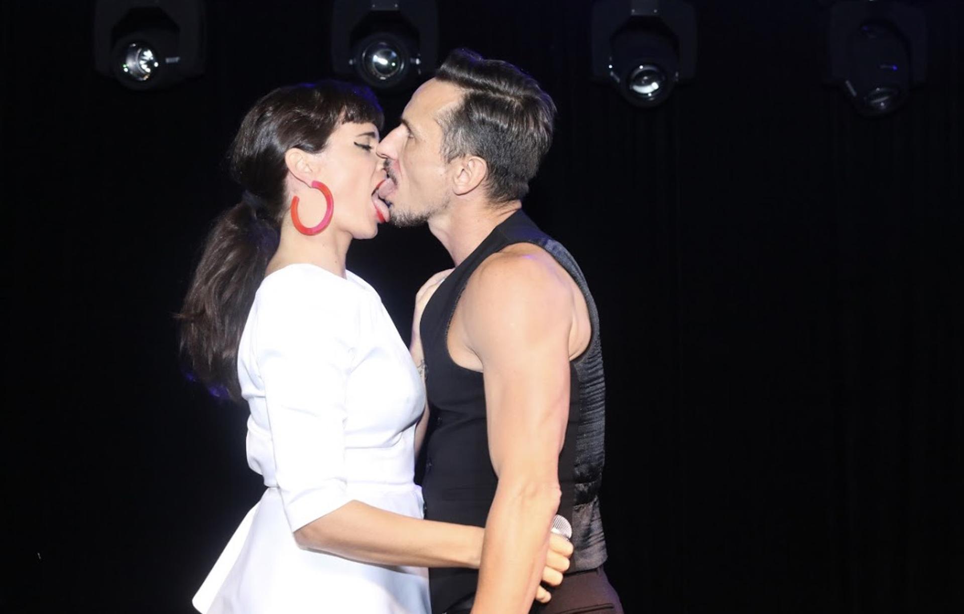 El apasionado beso entre Griselda Siciliani y Carlos Casella