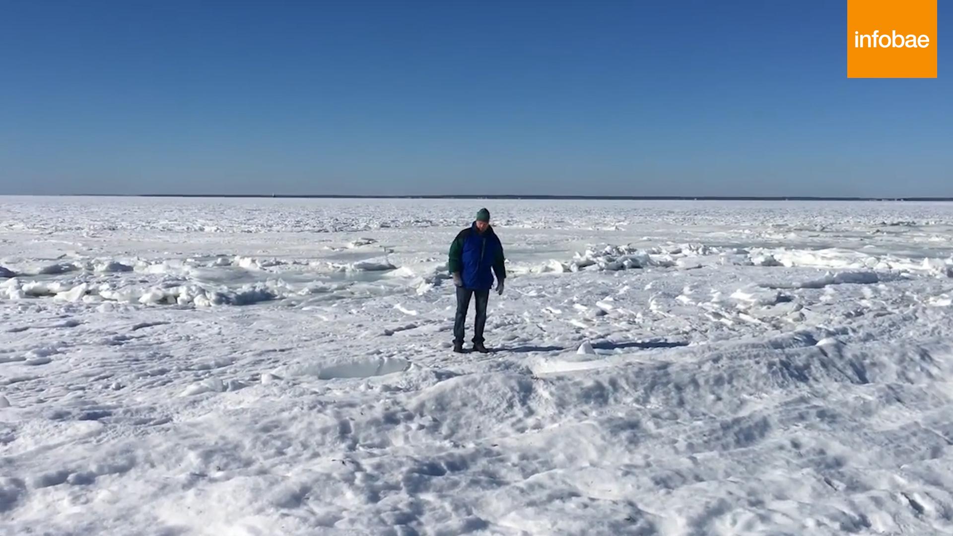 Una persona camina sobre el hielo formado sobre el mar en la bahía de Buzzards (captura de video)