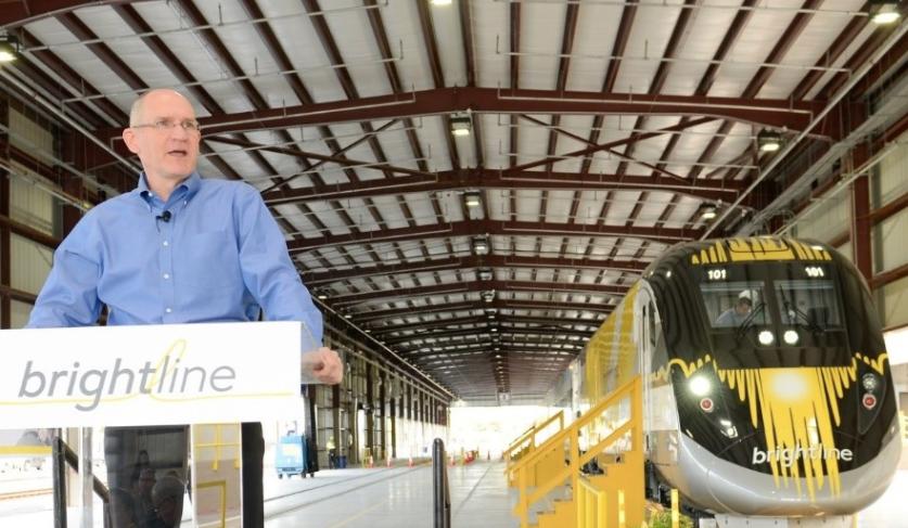 Brightline terminado en el taller en West Palm Beach, Florida. Presidente de Brightline, Mike Reininger