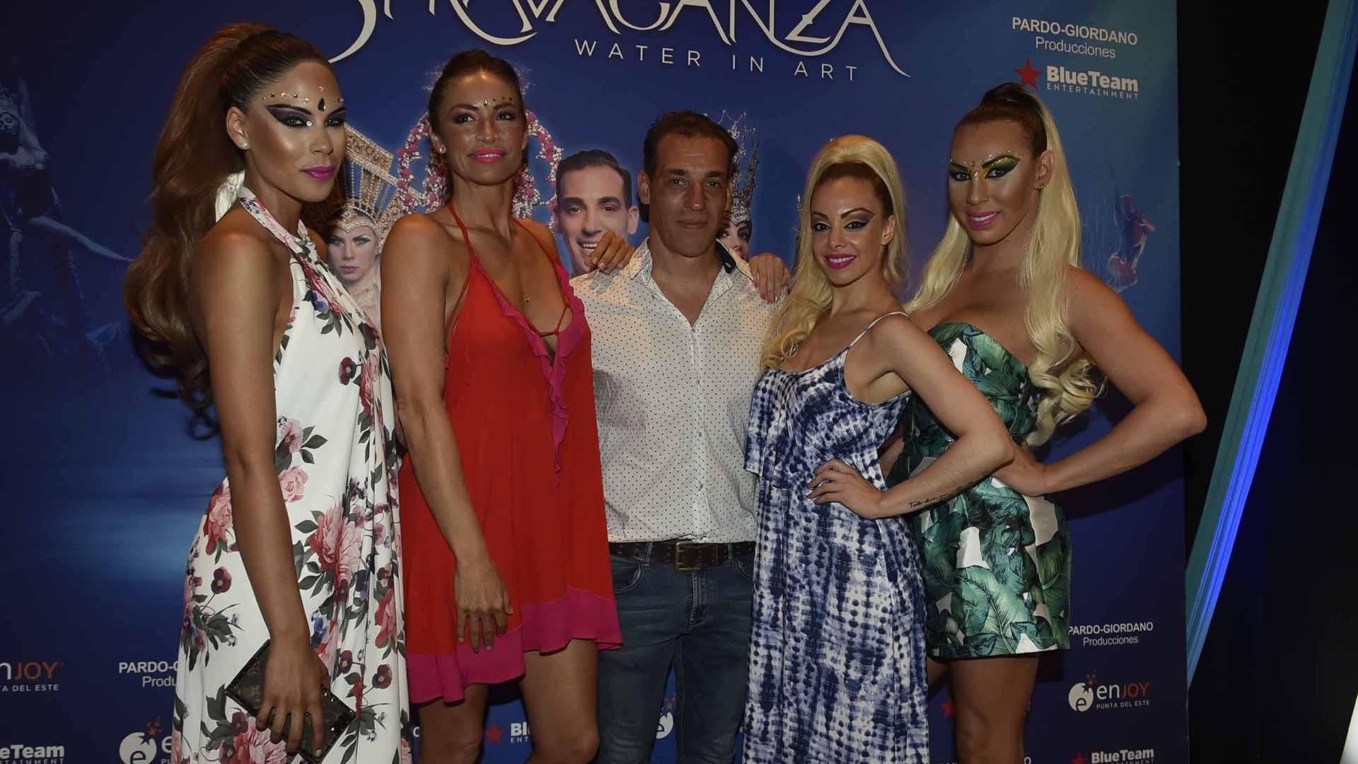 Parte del elenco de Stravaganza, Water in Art: Barby Franco, Claudia Fernández, Maxi De La Cruz, Gisela Bernal y Abigail Pereira