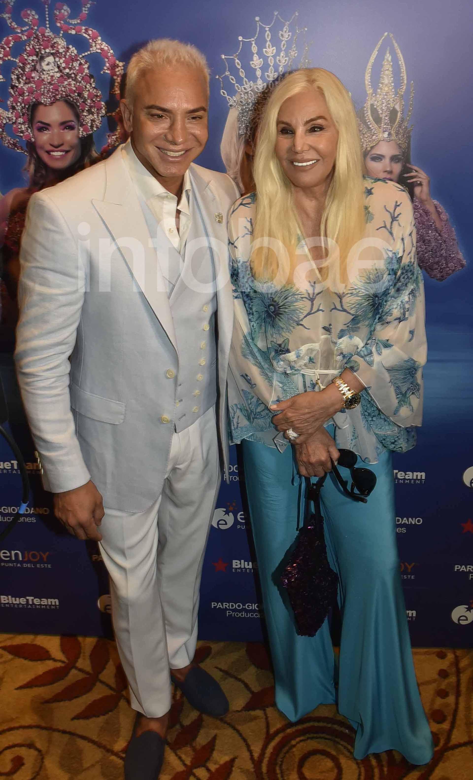 La diva lució un conjunto de blusa estampada y pantalón turquesa