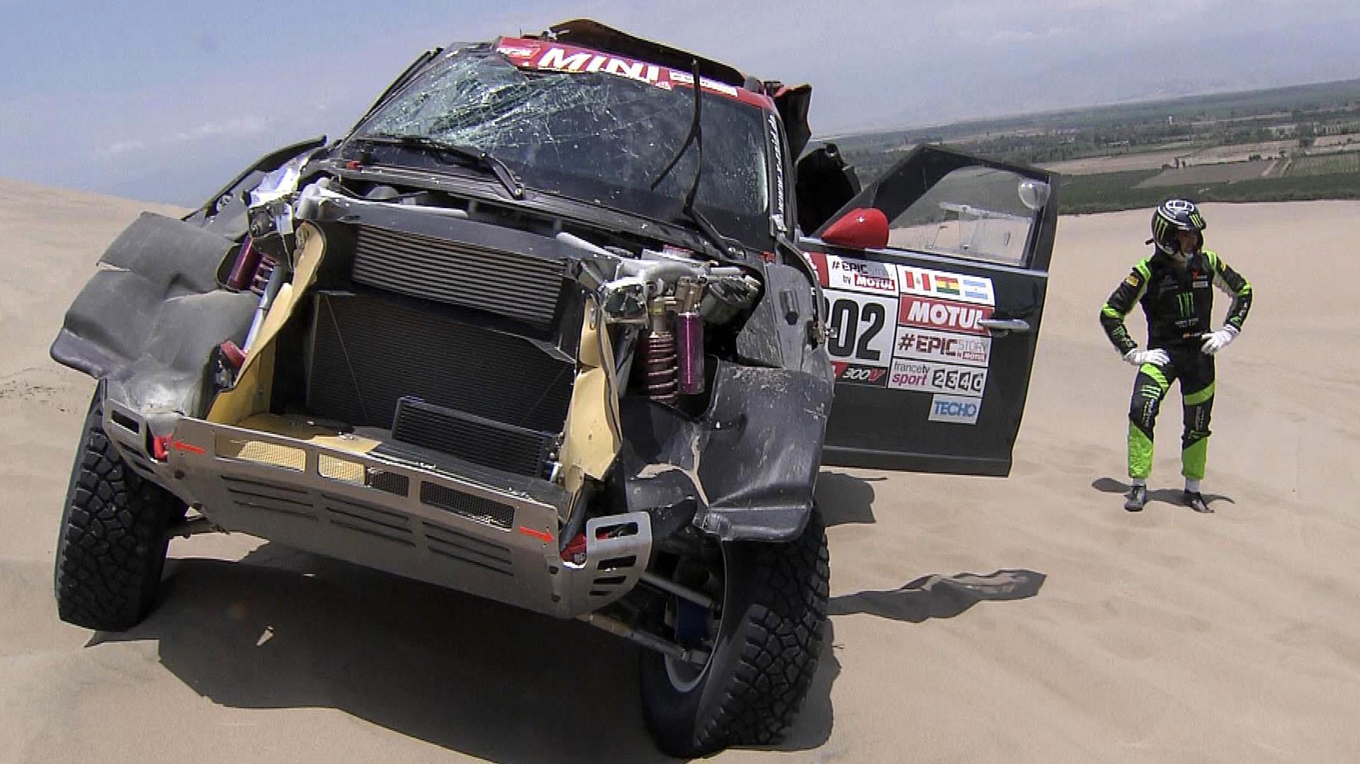 Así quedó el coche de Nani Roma tras su accidente en la tercera etapa, que iba de Pisco a San Juan de Marcona, Perú (AFP)