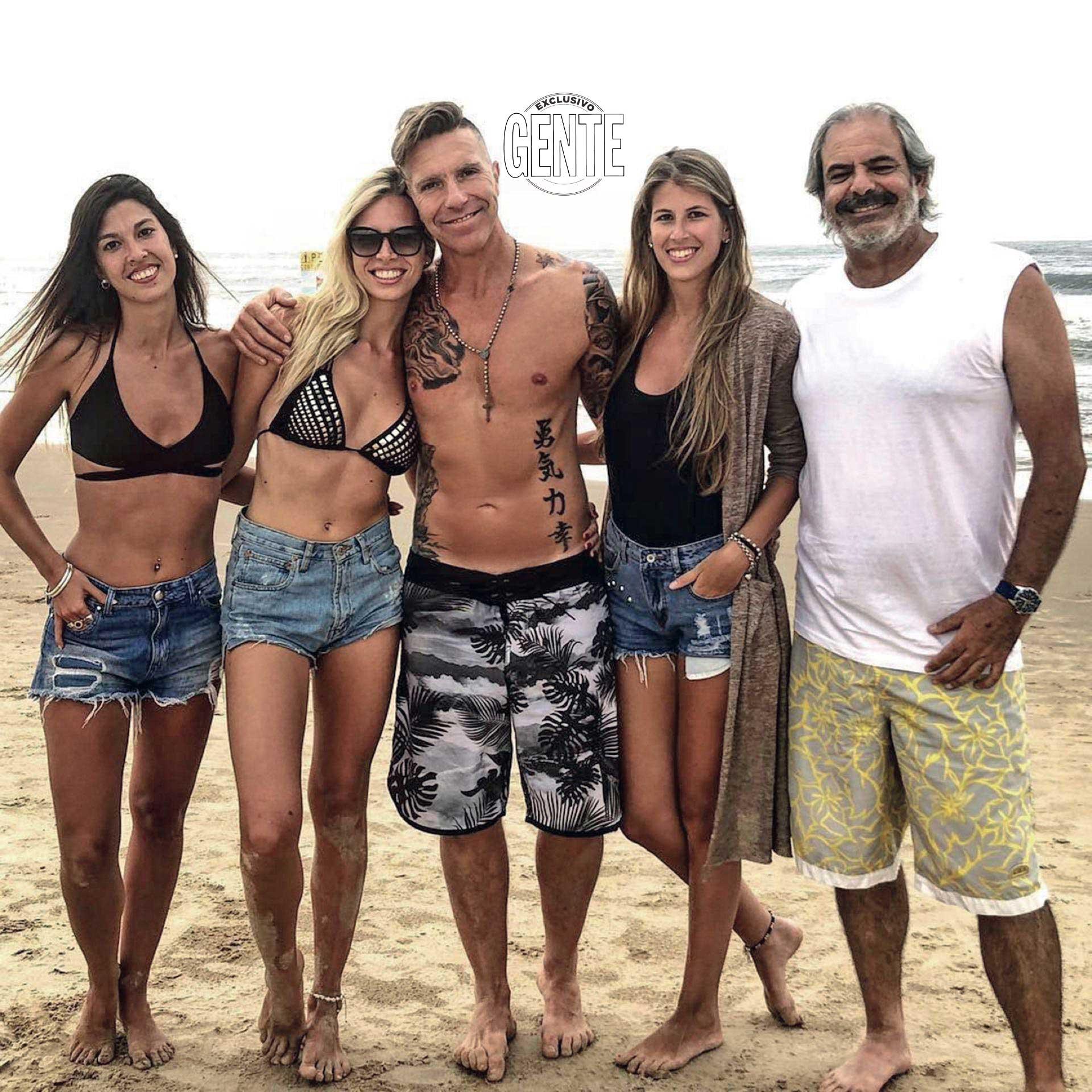 La pareja feliz y con amigos en Punta del Este. (Foto: Carlos Gonzalez GENTE.)