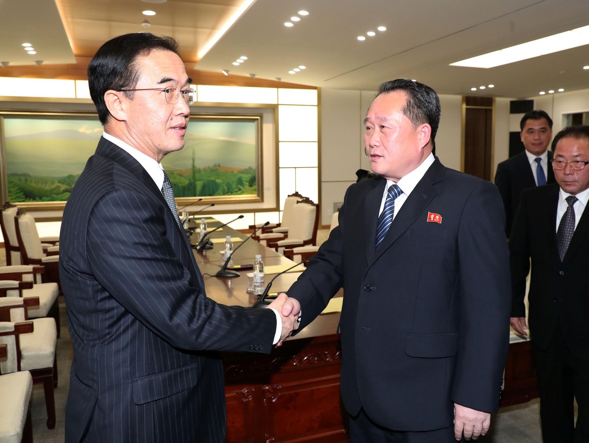El jefe de la delegación norcoreana, Ri Son Gwon, estrecha la mano con su par surcoreano, Cho Myoung-gyon, luego del encuentro en la villa de Panmunjom