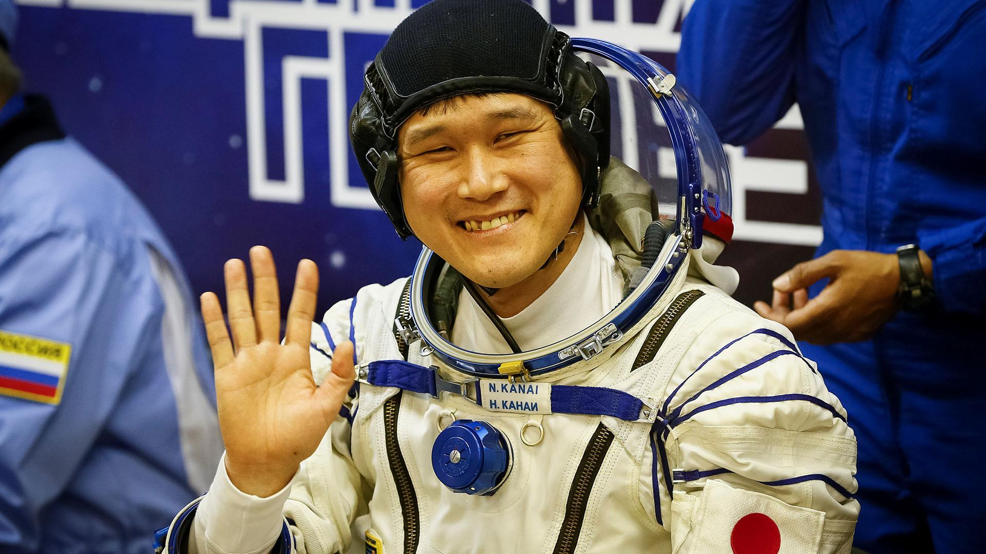 Norishige Kanai saluda antes de partir al espacio, en diciembre (Reuters)